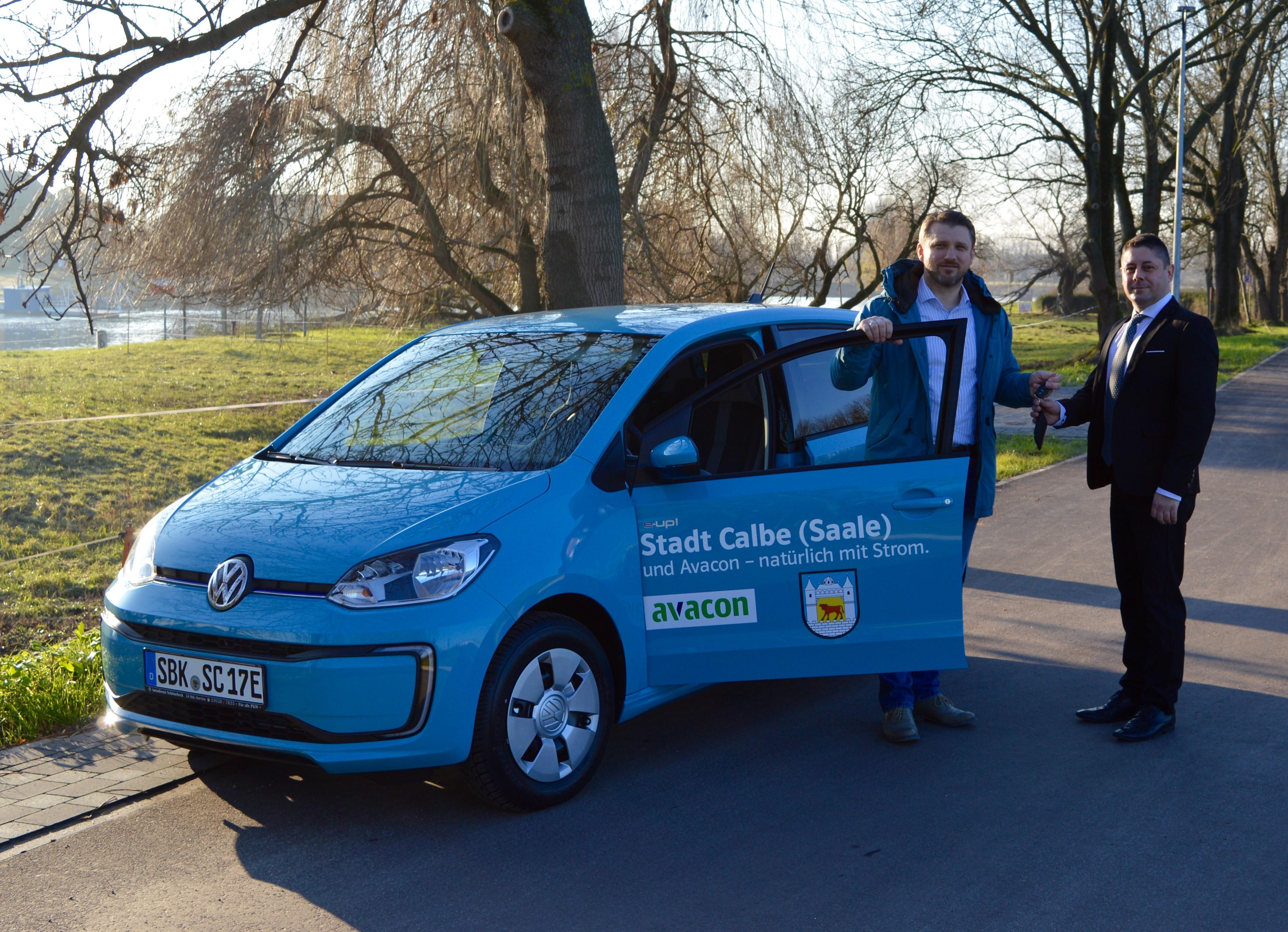 Bürgermeister Sven Hause (links) erhält von Ronny Schmidt, Verkaufsberater bei der Autodienst Schönebeck GmbH die Schlüssel für den neuen VW e-up!