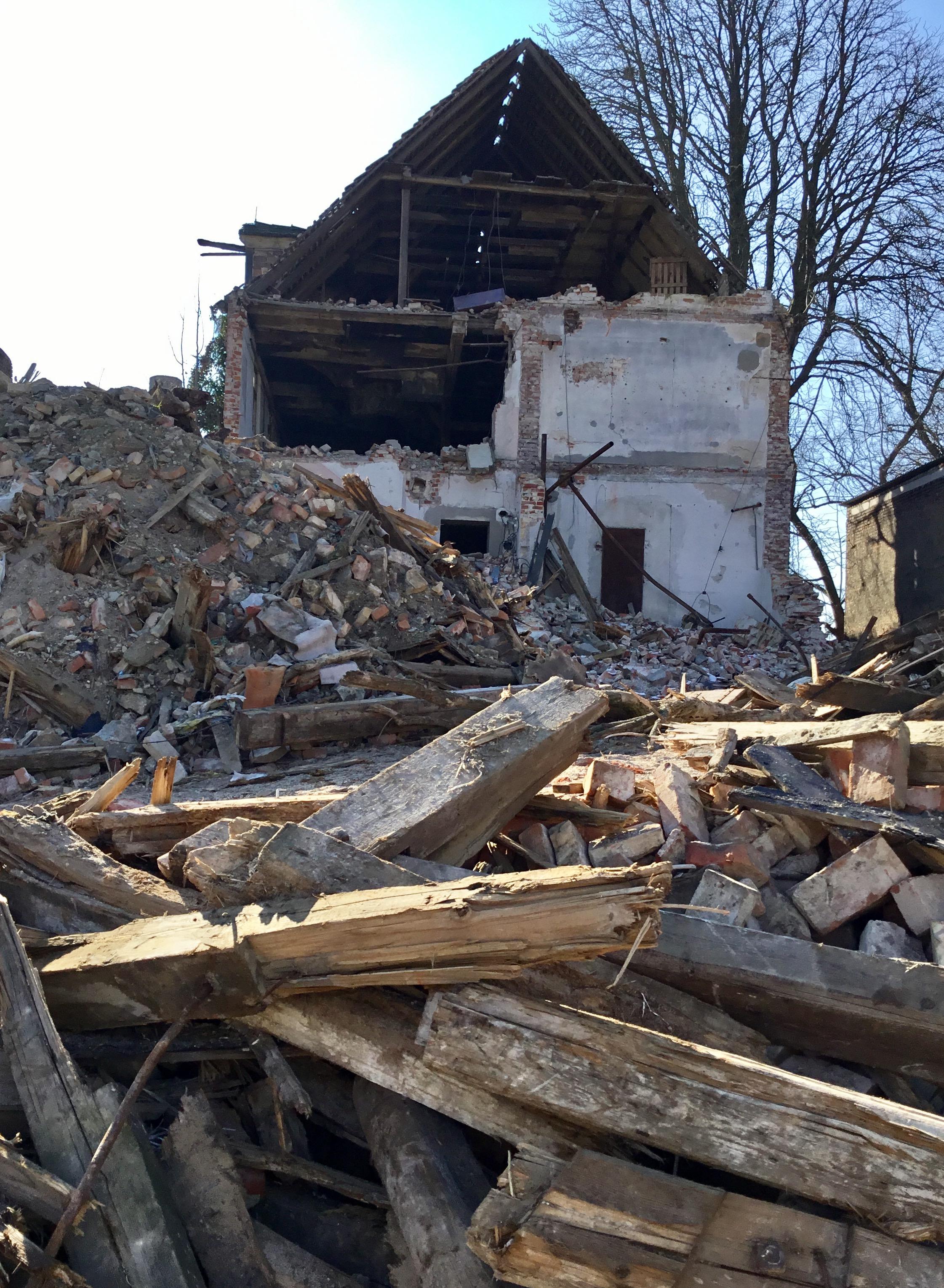Blick auf den bereits abgerissenen einsturzgefährdeten Teil des ehemals genutzten Gebäudes