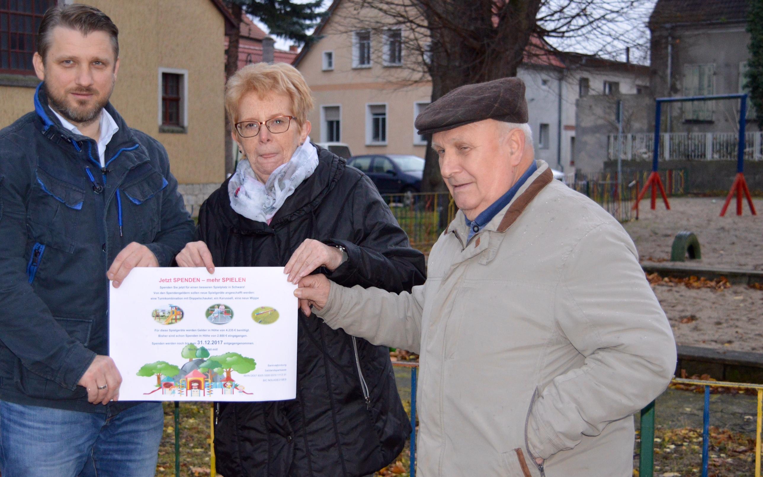 Bürgermeister Sven Hause, Ortschaftsrätin Annemarie Doll, Ortsbürgermeister Manfred Grimm zeigen Spendenaufruf, der bereits an mehreren Stellen in Schwarz ausgehängt wurde.