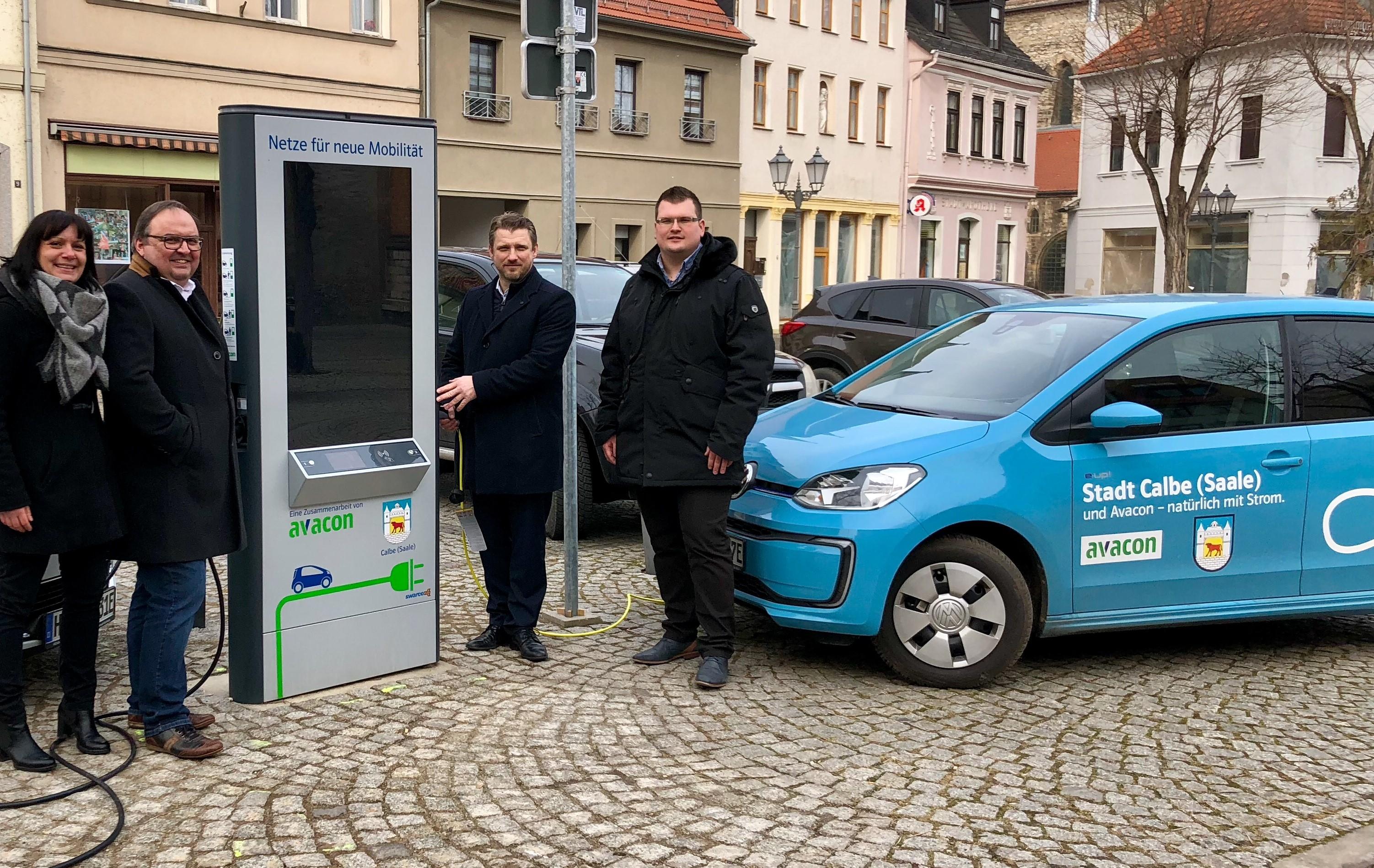 Calbes Bürgermeister Sven Hause (2.v.r.) sowie die Avacon-Vertreter Thomas Braumann (2.v.l.), David Ilgenstein und Anett Johanson während der offiziellen Inbetriebnahme der Innovationen E-Säule auf dem Marktplatz.