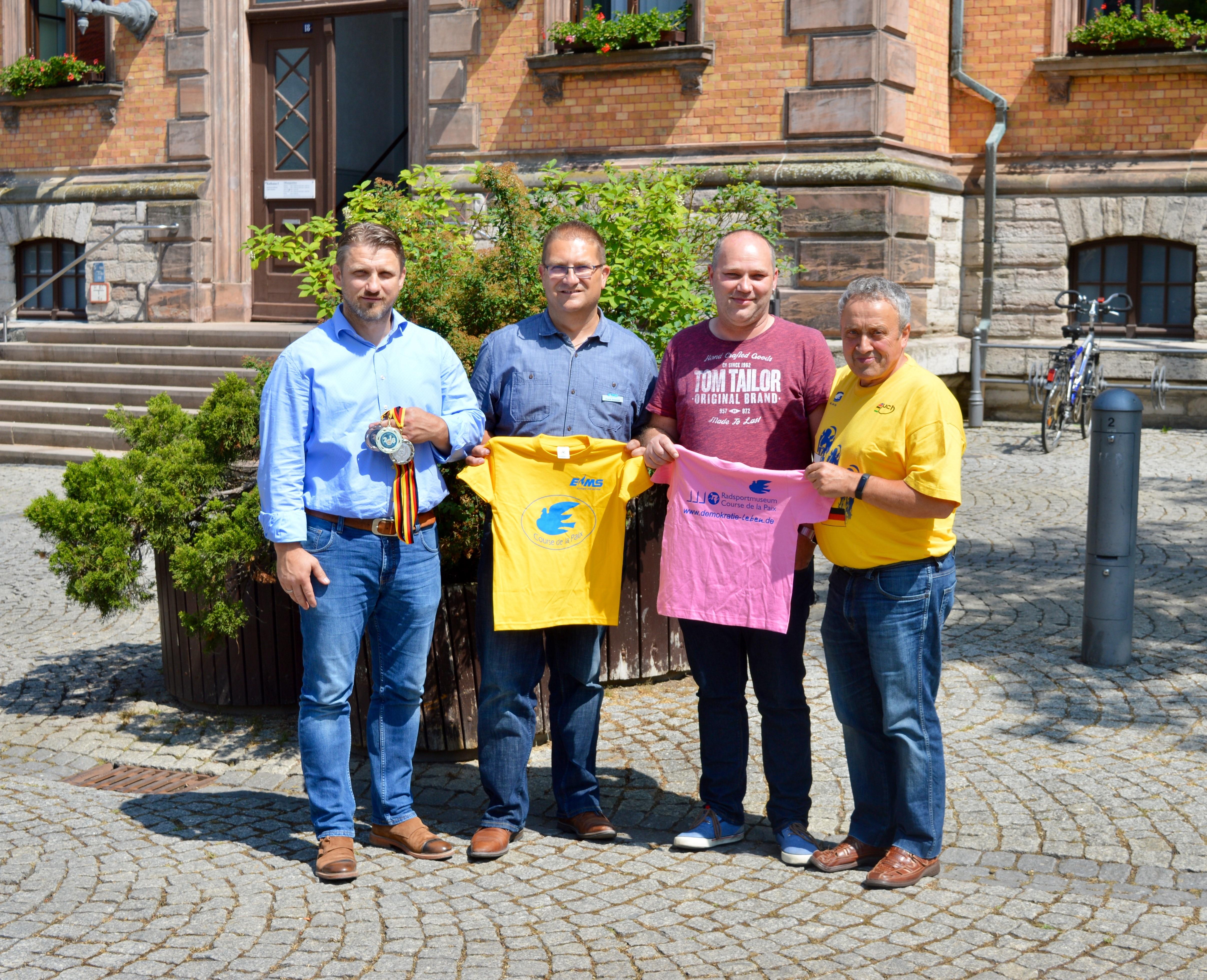 v.l. Bürgermeister Sven Hause, Frank Sieweck (EMS), Heiko Neuling (Lotto-König Calbe), Horst Schäfer Radsportmuseum Kleinmühlingen werben gemeinsam für die kleine Friedensfahrt am 13. Juni 2018 in der Saalestadt.