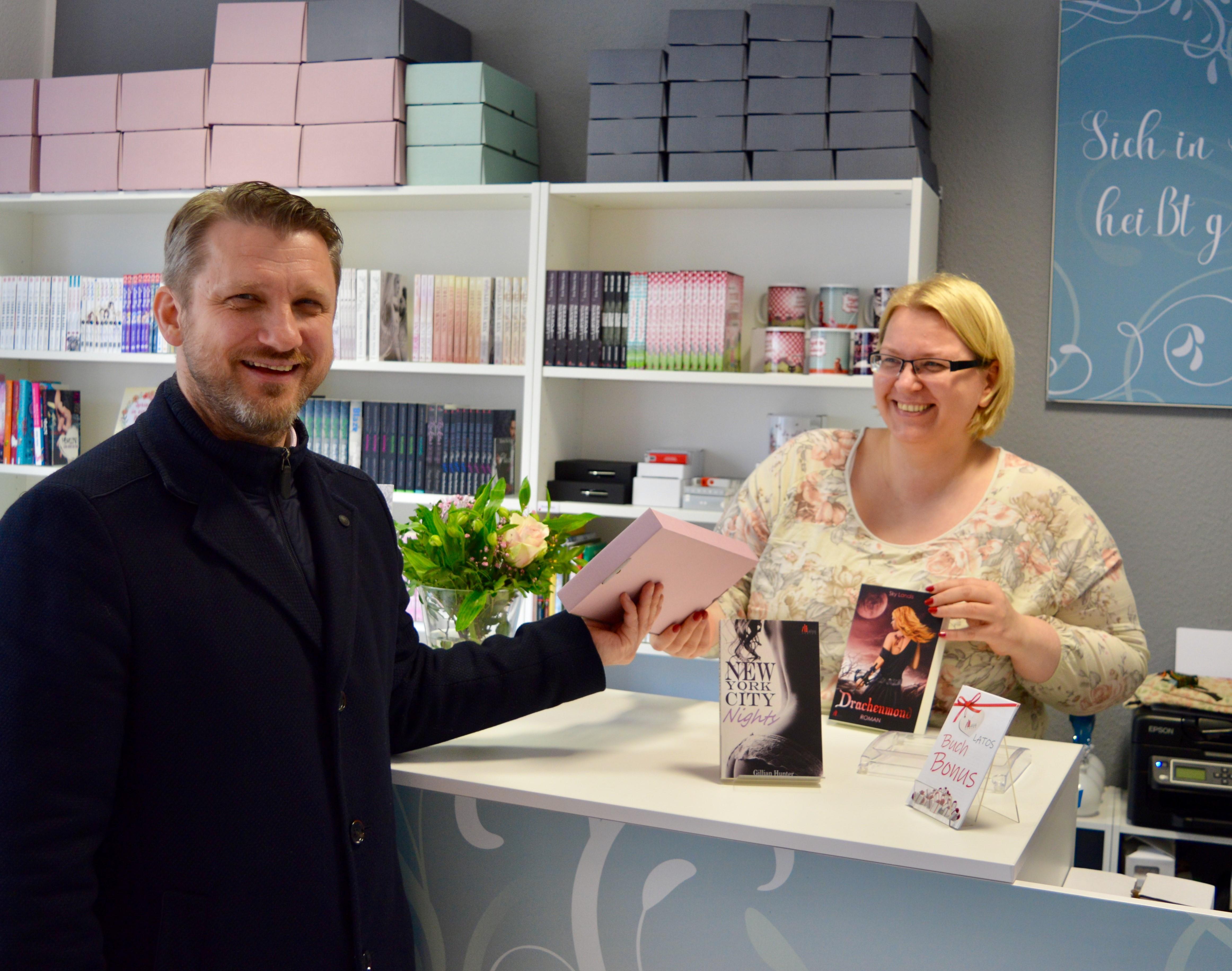 v.l. Bürgermeister Sven Hause gratuliert Frau Latoscynski zur Neueröffnung ihres Buchladens.