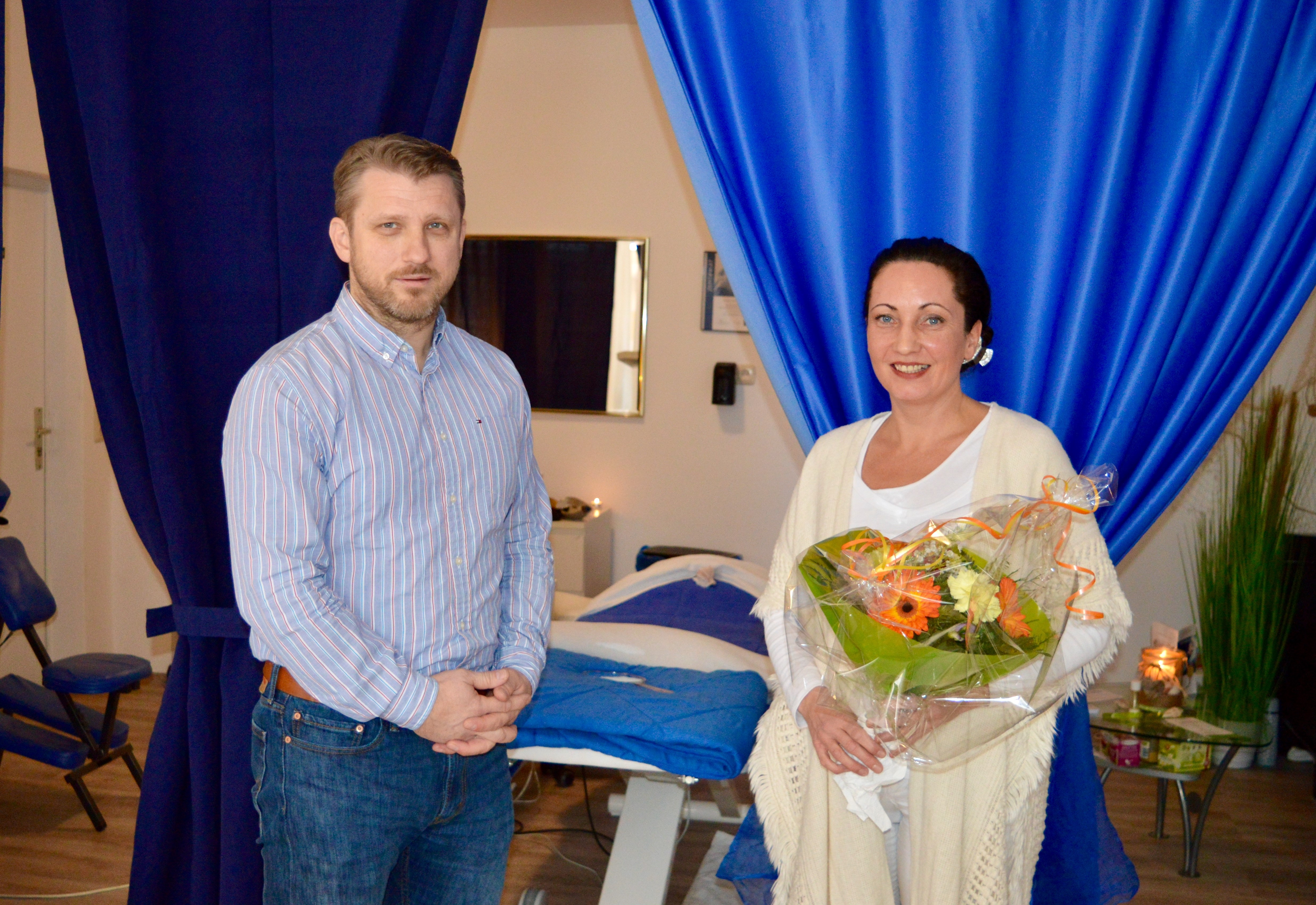 v.l. Bürgermeister Sven Hause beglückwünscht Frau Stille mit einem Blumenstrauß zur Eröffnung ihres Ganzheitlichen Naturkosmetik-Studios