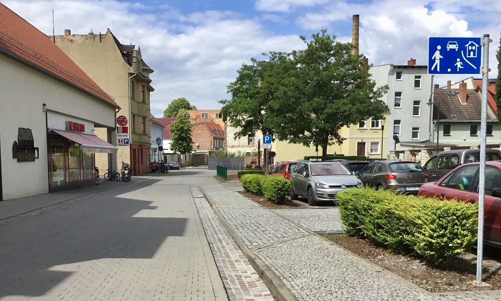 Die Durchführung von Reparaturarbeiten des südlichen Straßenabschnittes der Ritterstraße erfolgen ab dem 04. März 2019. Die Zufahrt zum Drogeriemarkt Rossmann bleibt während dieser Zeit über die Loewe-Straße und Tuchmacherstraße bestehen.