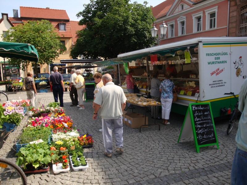Markthändler auf dem Wochenmarkt