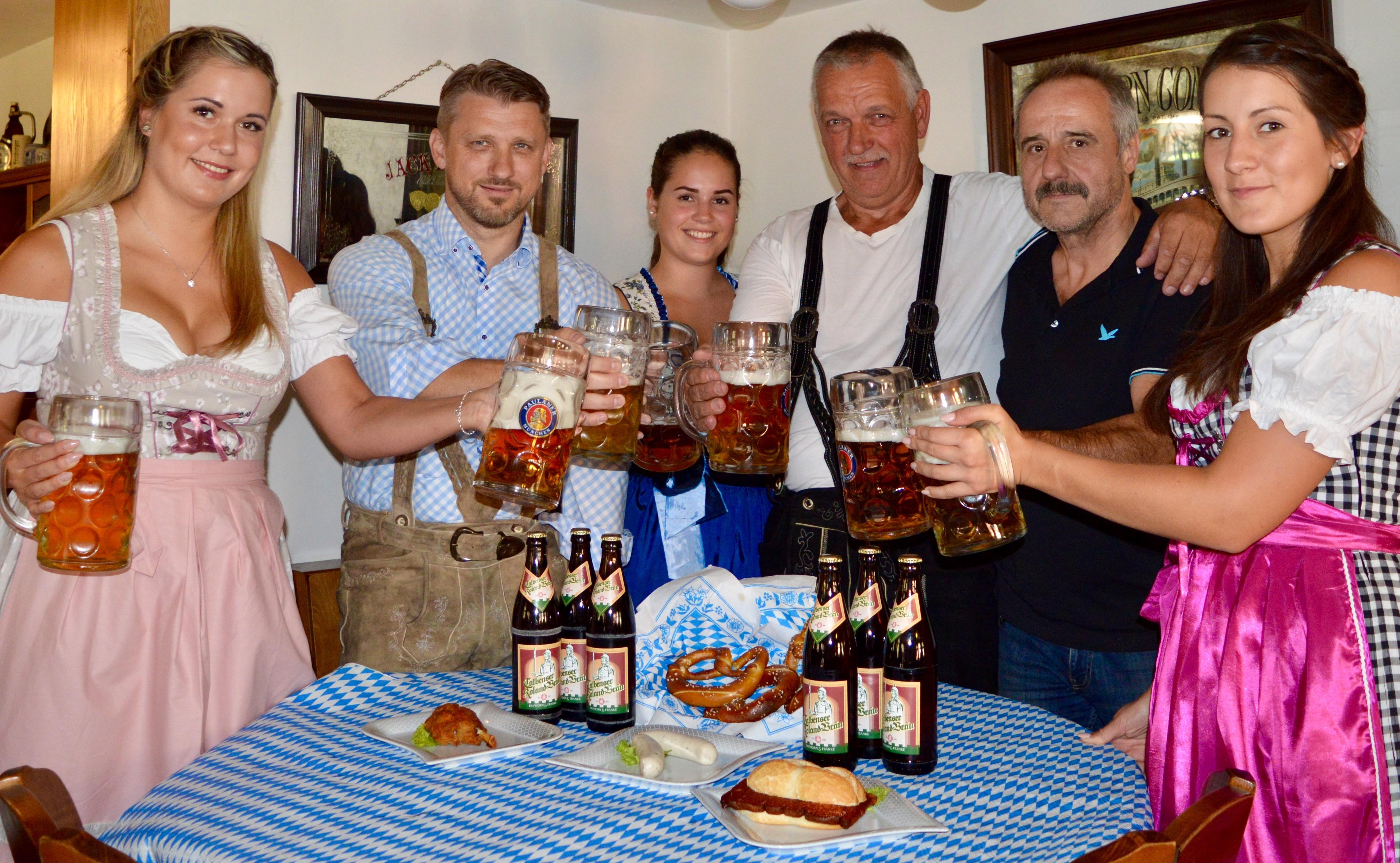 Gemeinsam lädt das Organisationsteam um Lisa-Marie Prokop, Bürgermeister Sven Hause, Felicitas Gahr, Getränkeproduzent Hans-Peter Franke, Gastronom Harald Wanger und Denise Kaminska (v.l.) recht herzlich zum Oktoberfest 2018 ein.
