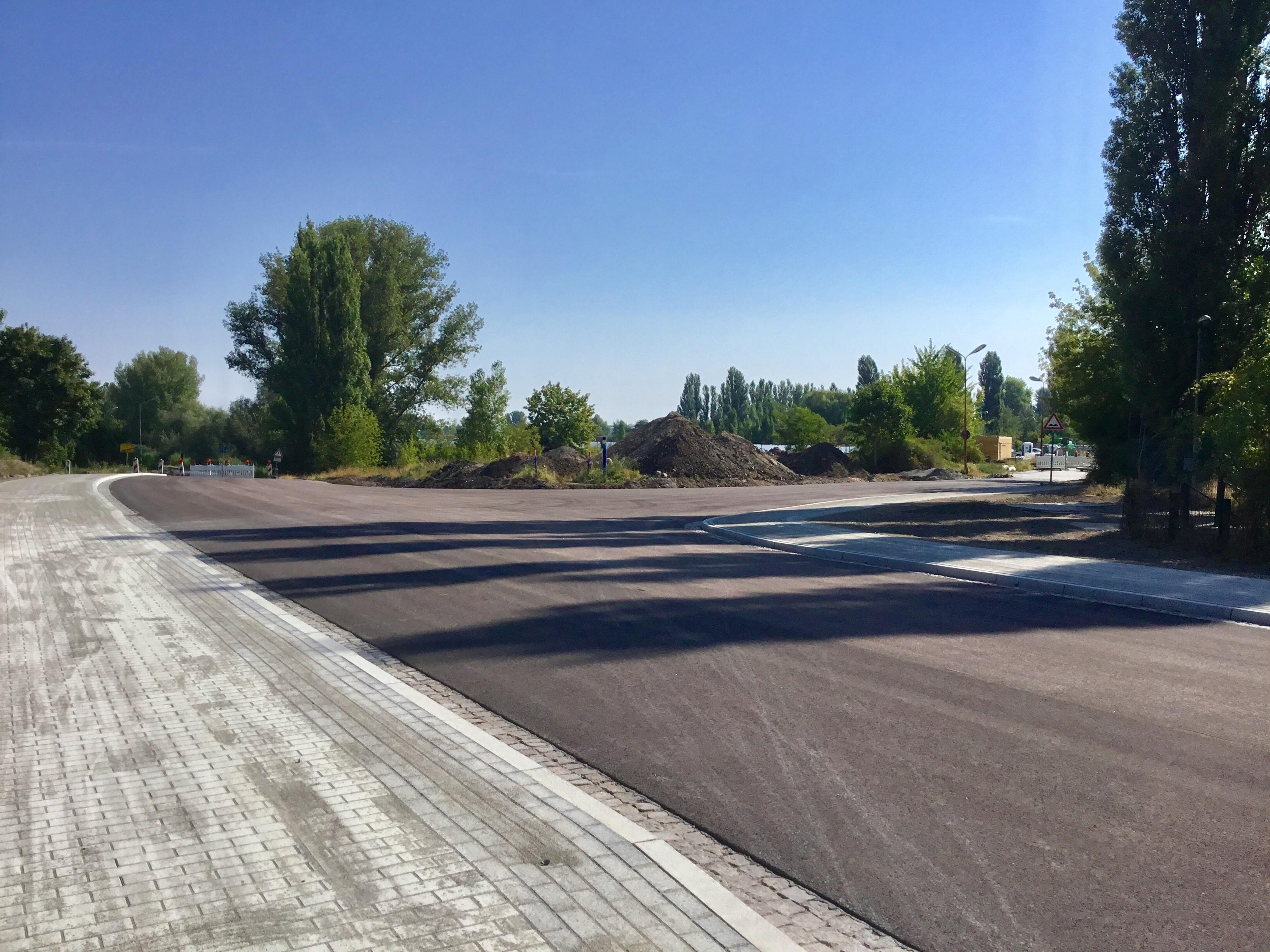 Der neu gestaltete Kreuzungsbereich Barbyer Straße / Ringstraße (Zufahrt zum Industriepark Calbe) wird ab August freigegeben. Verkehrsteilnehmer aus und in Richtung Barby müssen sich bis Oktober auf Umleitungen einstellen.