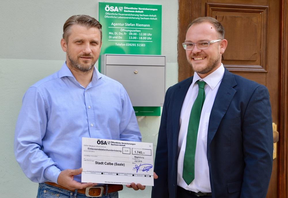 Übergabe des Schecks durch den ÖSA-Agenturleiter Stefan Riemann an den Bürgermeister Herrn Sven Hause.
