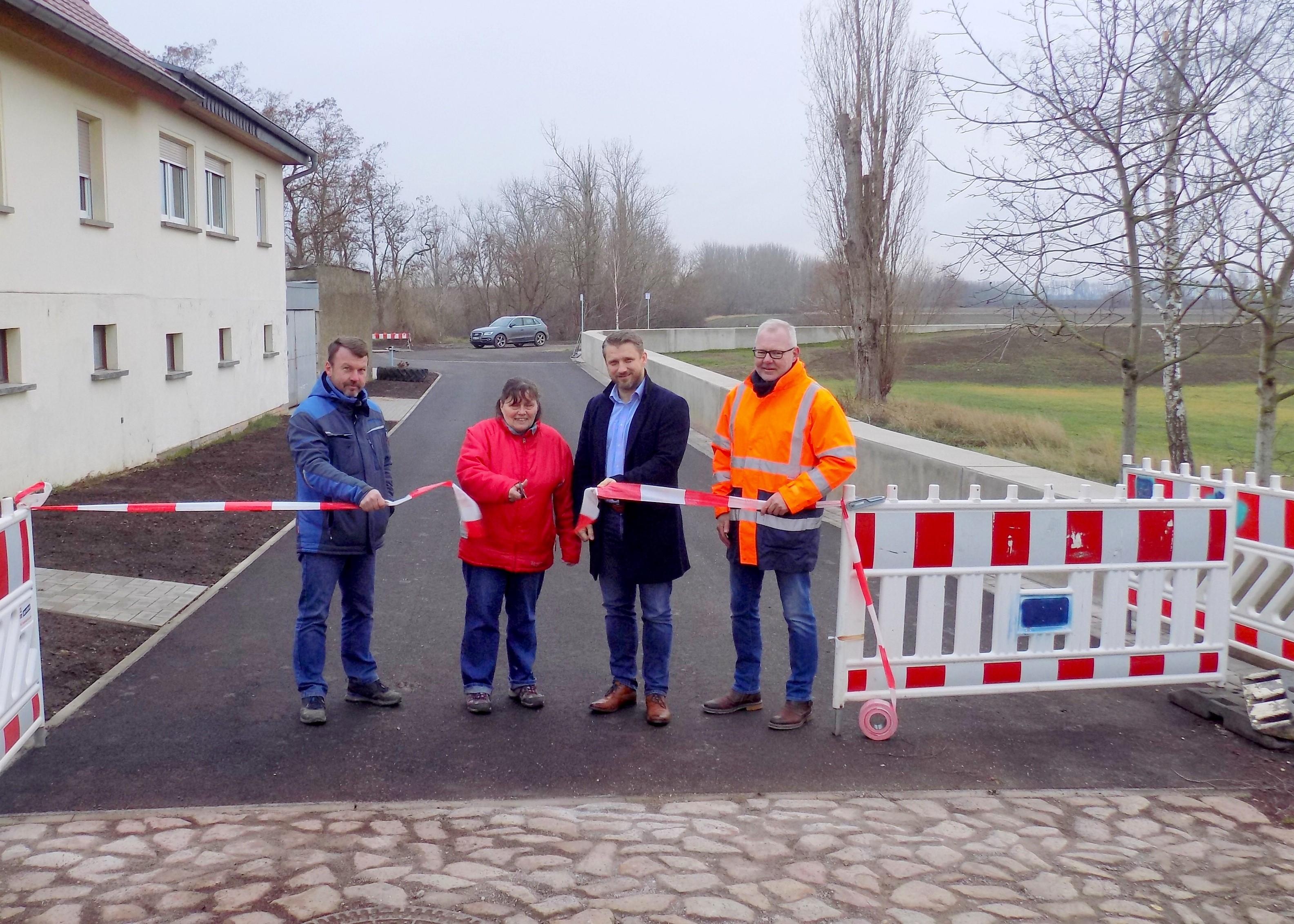 Bauunternehmer Toralf Sülze, Ortsbürgermeisterin Waltraud Schmidt, Bürgermeister Sven Hause und Planer Michael Jastrow (von links) bei der Freigabe der grundhaft sanierten Dorfstraße in Trabitz.