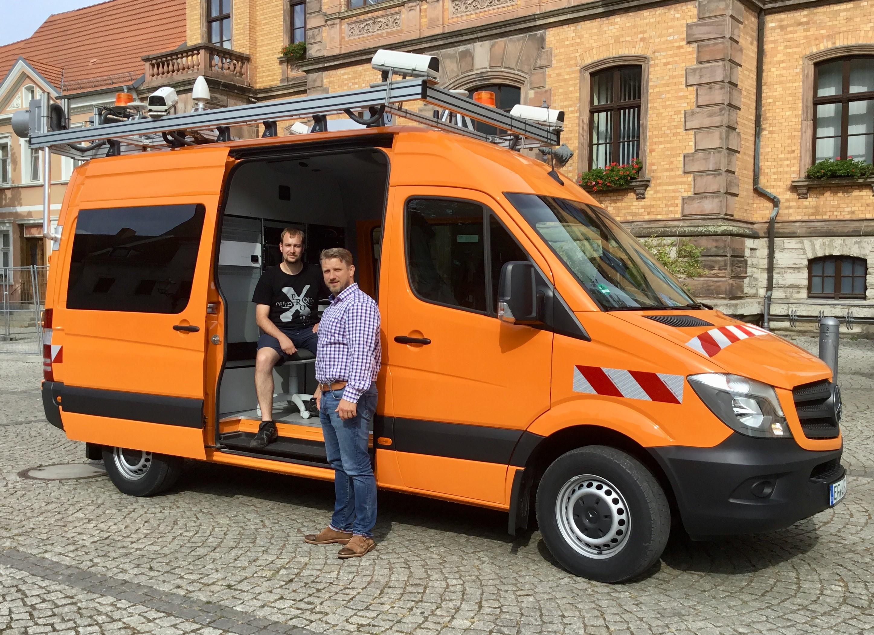 Frank Berthold, Messingenieur der Firma Lehmann + Partner GmbH, im Gespräch mit Calbes Bürgermeister Sven Hause, wird diese Woche ca. 180 km auf den Straßen in Calbe unterwegs sein und die Straßenzustände elektronisch erfassen.