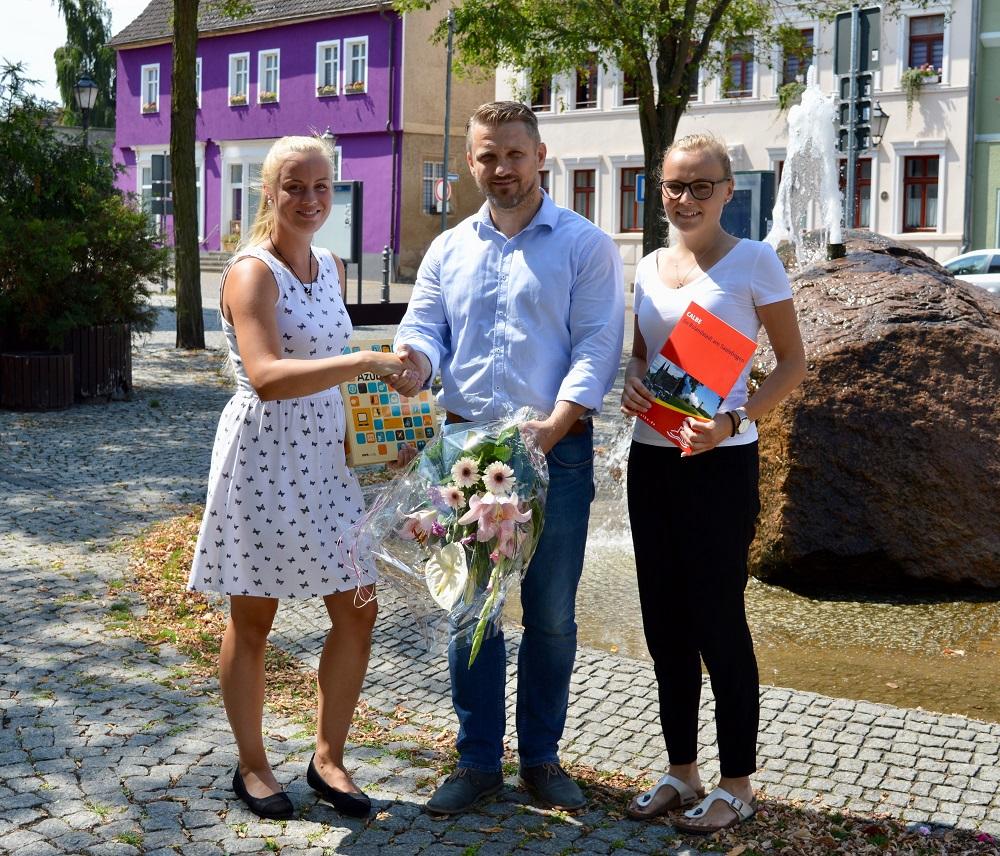 Freude über die bestandene Prüfung zur Verwaltungsfachangestellten bei Lina Eidt (rechts) sowie über den Ausbildungsbeginn bei Térèse Harant (links). Beide erhielten die Glückwünsche von Bürgermeister Sven Hause.