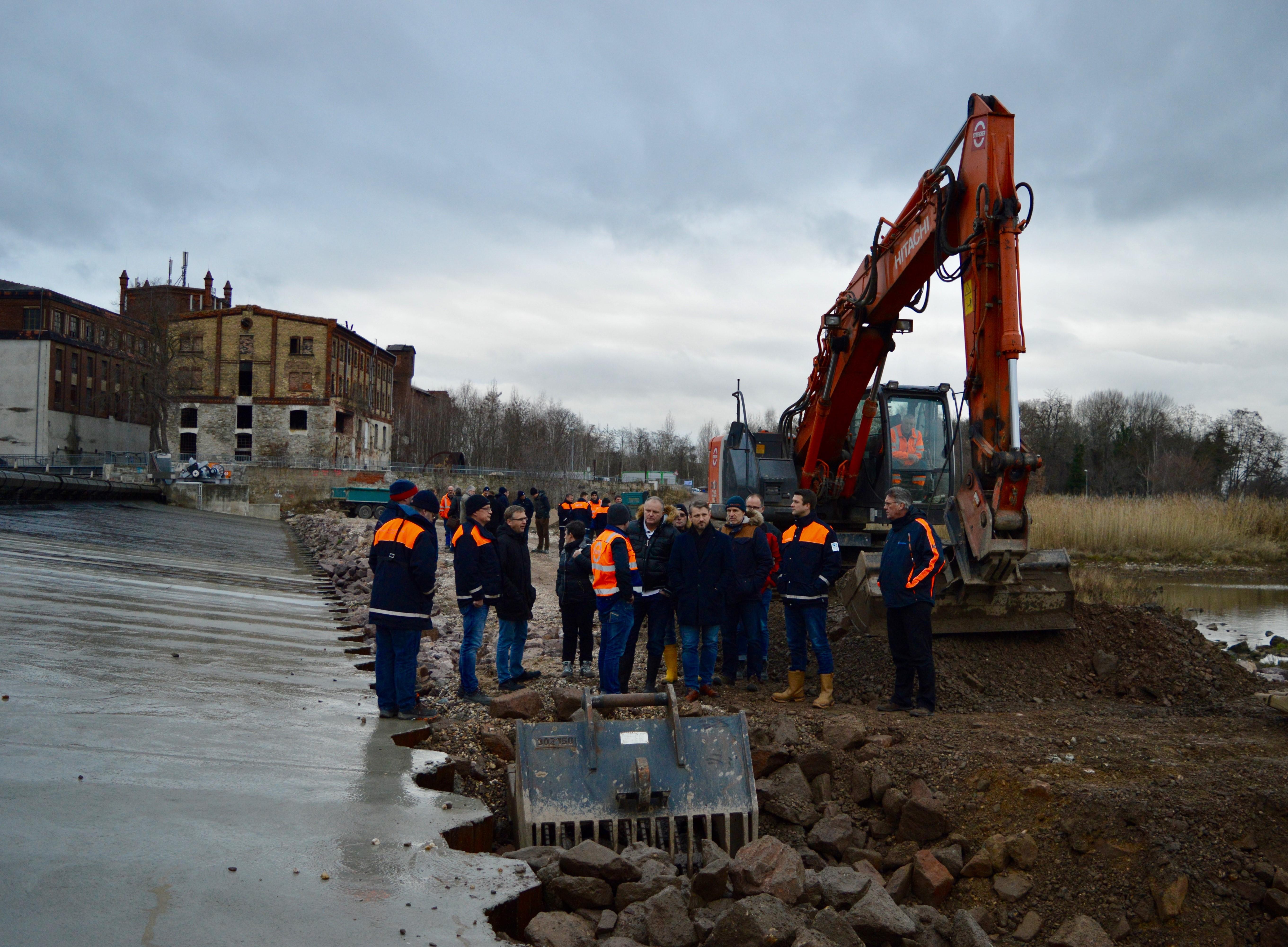 Vertreter aller beteiligten Behörden sowie der bauausführenden Unternehmen wurden unter fachlicher Führung über die kurz vor der Fertigstellung stehende Baustelle des Saalewehres bei Calbe geführt.