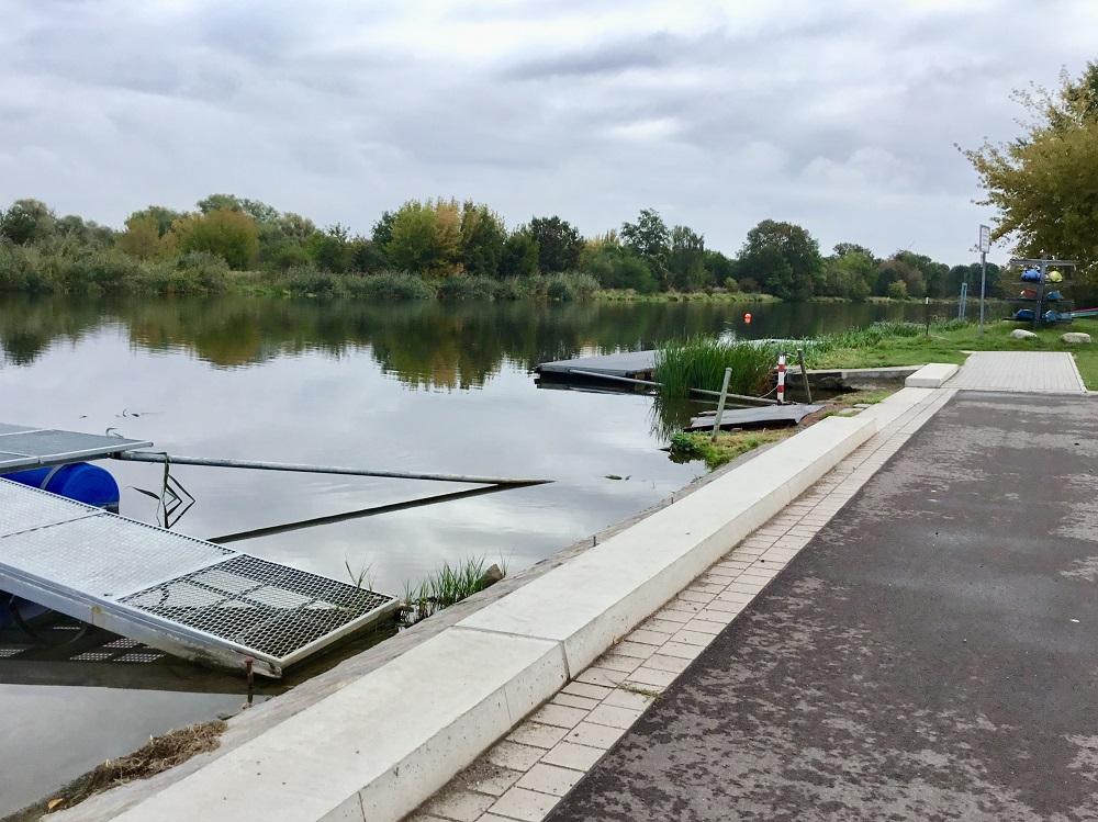 Im Uferbereich der Saale in der Großen Fischerei ist bereits die Lücke erkennbar, wo der Ersatzneubau der Slipanlage erfolgen soll.