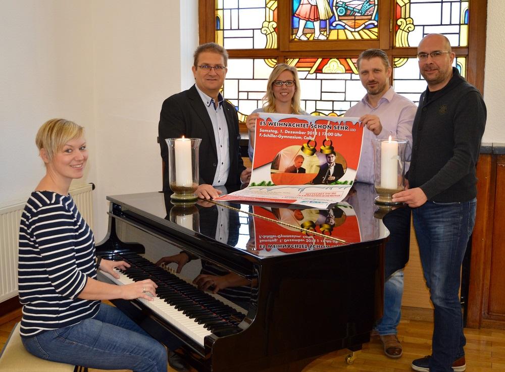 Jasmin Pyszora (Stadt Calbe), Frank Sieweck (EMS), Sophie Daniel (Stadt Calbe), Bürgermeister Sven Hause und Mike Schmidt (MKP) stimmen gemeinsam auf das diesjährige Weihnachtskonzert mit der Mitteldeutschen Kammerphilharmonie ein.