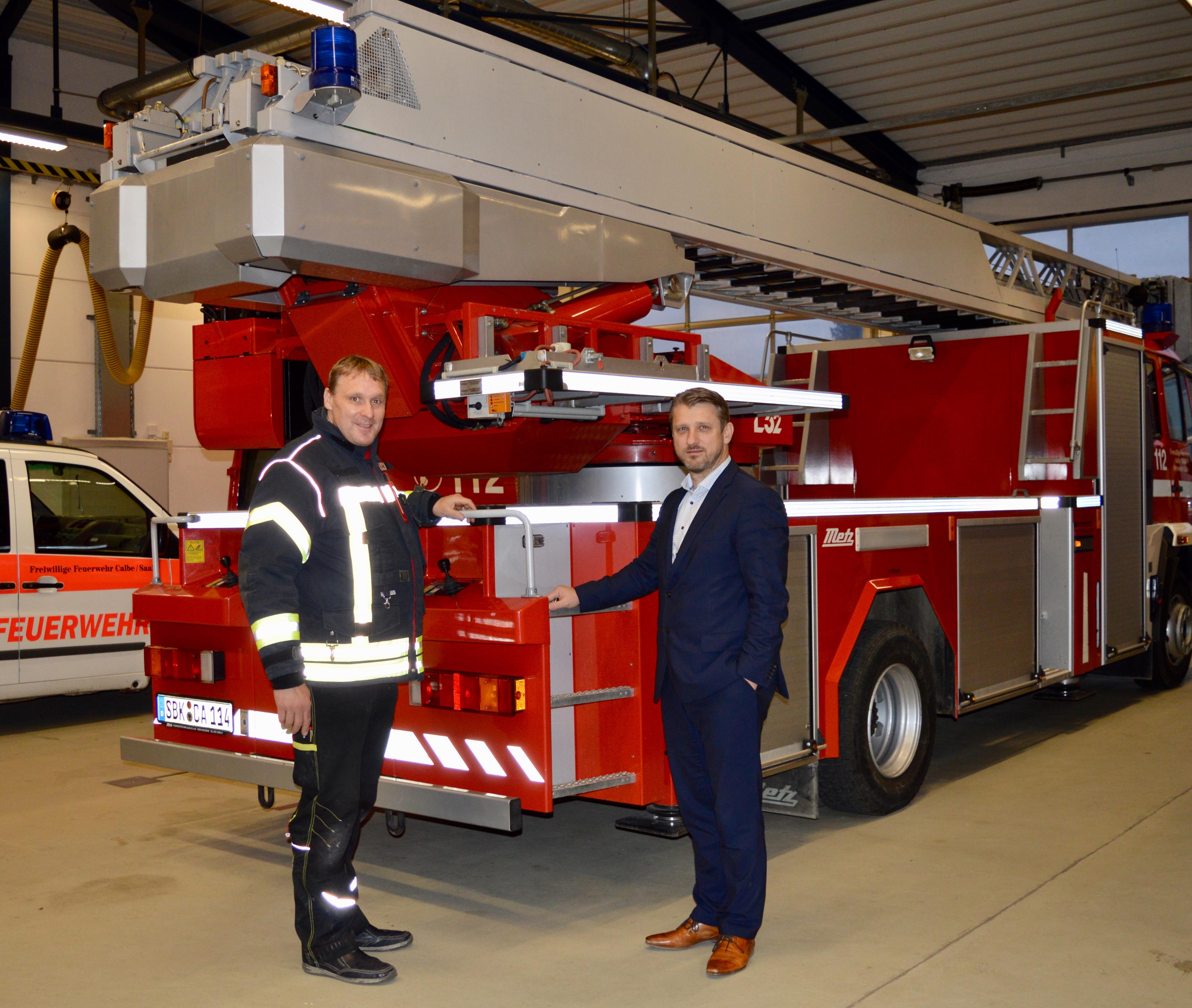 v.l. Ortswehrleiter Lars Roschkowski und Bürgermeister Sven Hause laden zum gemeinsamen Unternehmertag auf dem Gelände der Freiwilligen Feuerwehr Calbe ein.