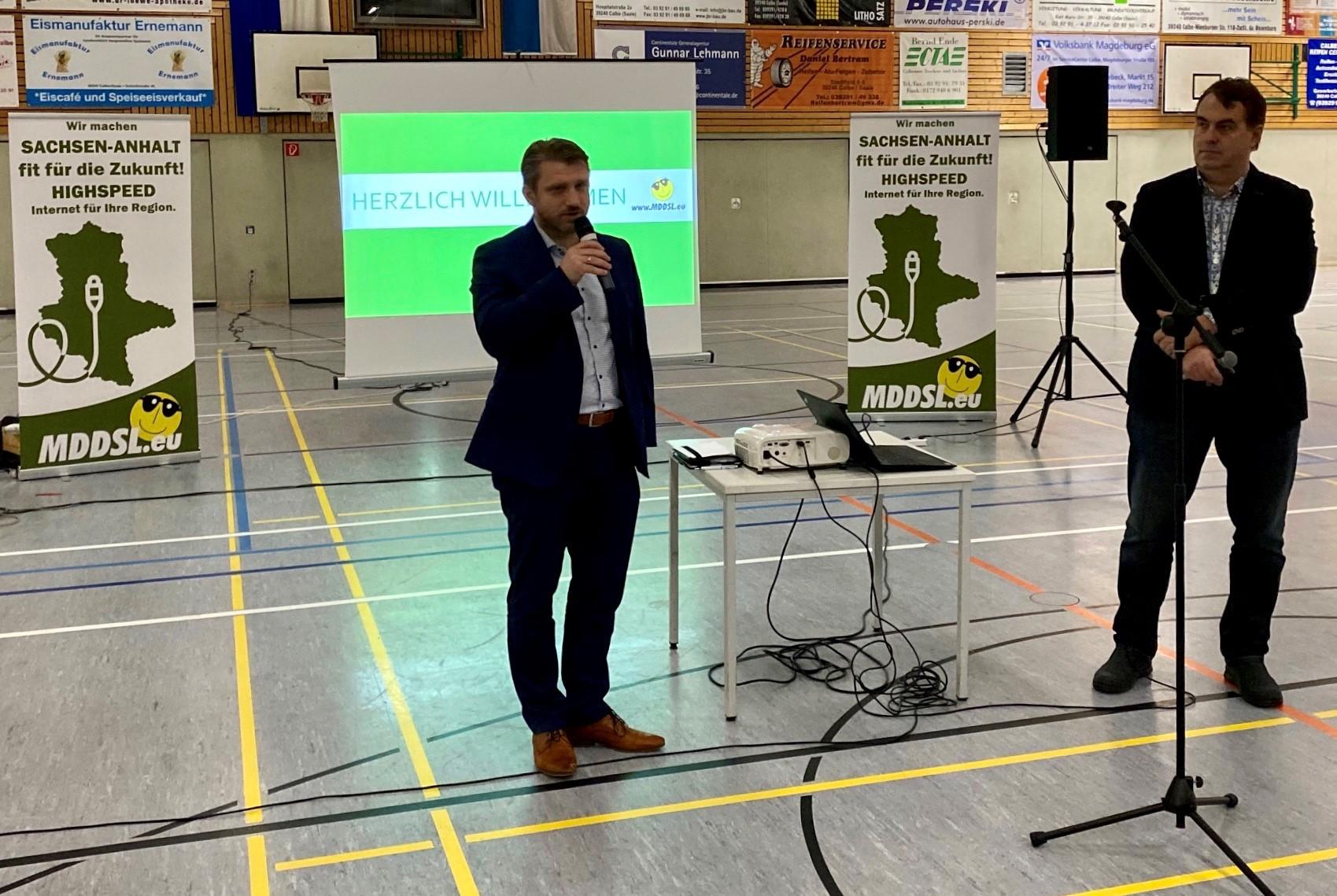 v.l. Bürgermeister Sven Hause und MDDSL- Geschäftsführer Andreas Riedel bei den Erläuterungen zum Breitbandausbau in Calbe