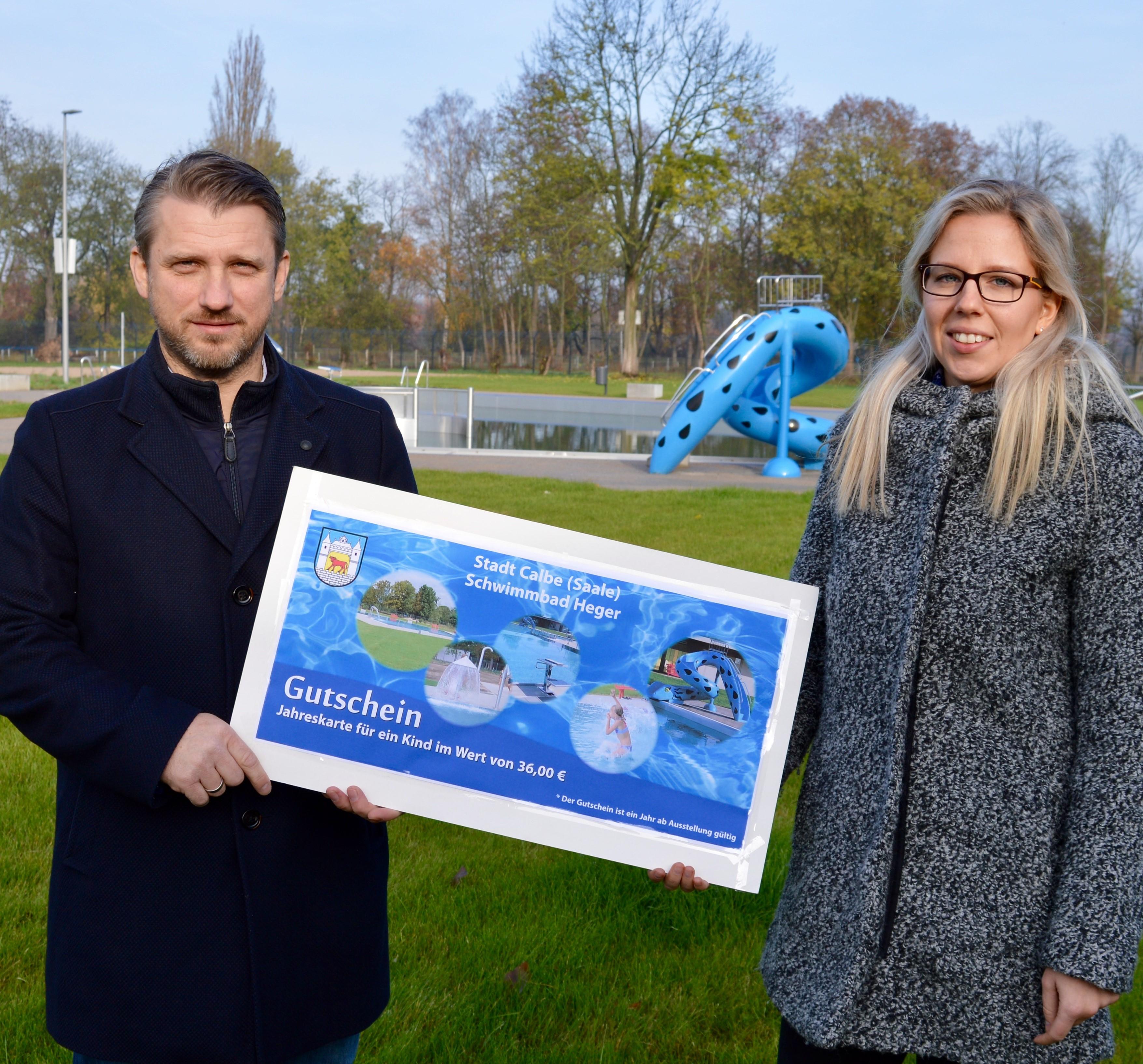 v.l. Bürgermeister Sven Hause und Mitarbeiterin Sophie Daniel mit einem Gutschein im XXL-Format.