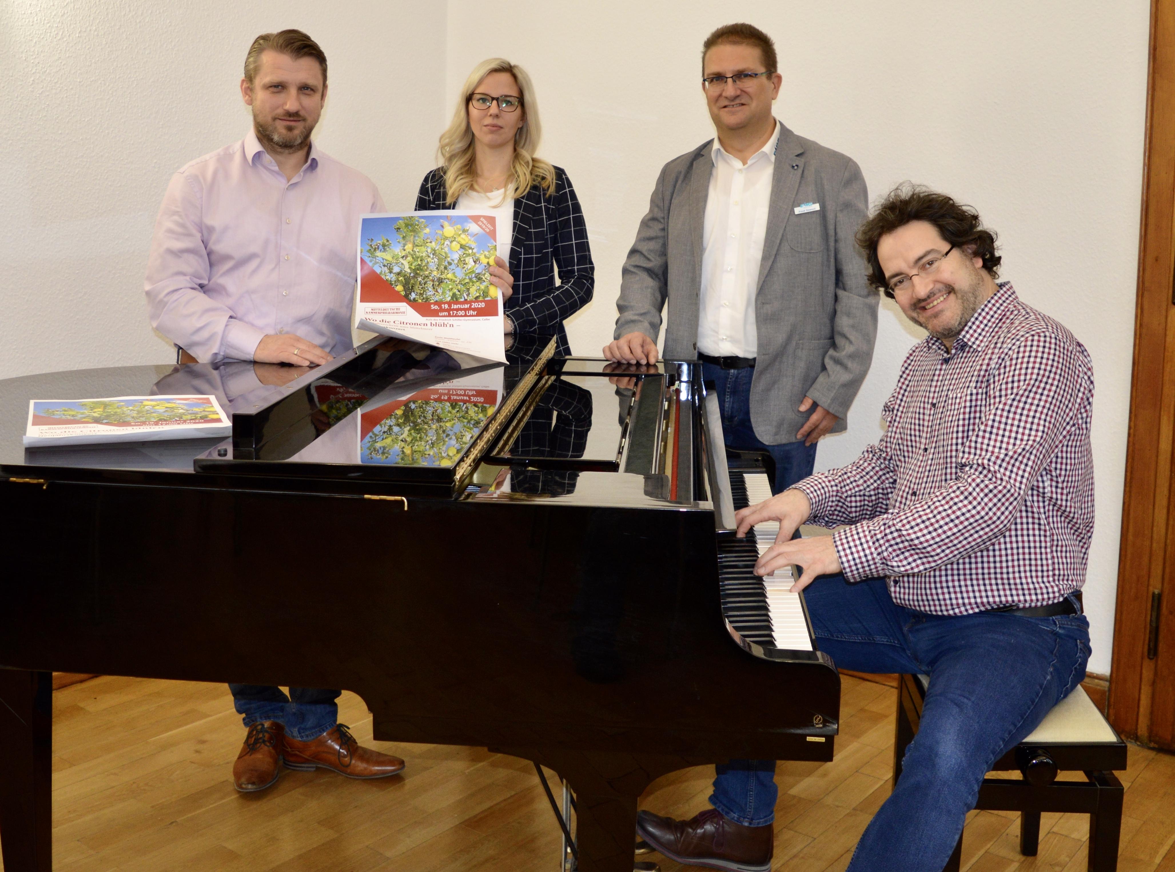 v.l. Bürgermeister Sven Hause,  Sophie Daniel (Stadt Calbe), Frank Sieweck (EMS) und Chefdirigent Jan Michael Horstmann (MKP) laden gemeinsam zum Neujahrskonzert ein.