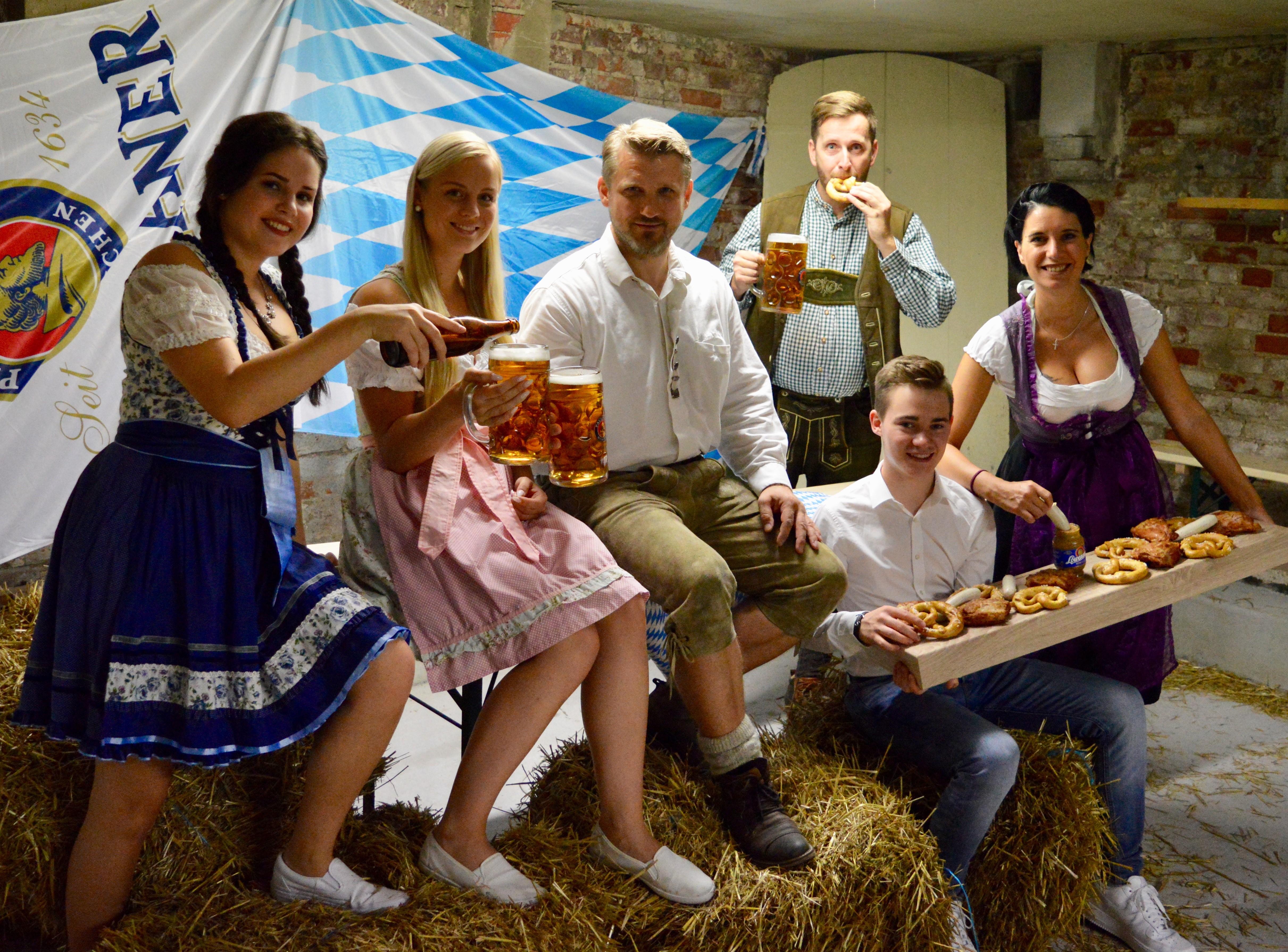 Gemeinsam lädt das Organisationsteam um Felicitas Gahr, Térése Harant, Bürgermeister Sven Hause, Sebastian Pape, Florian Schleußner und Daniela Laaß (von links) recht herzlich zum Oktoberfest 2019 ein.
