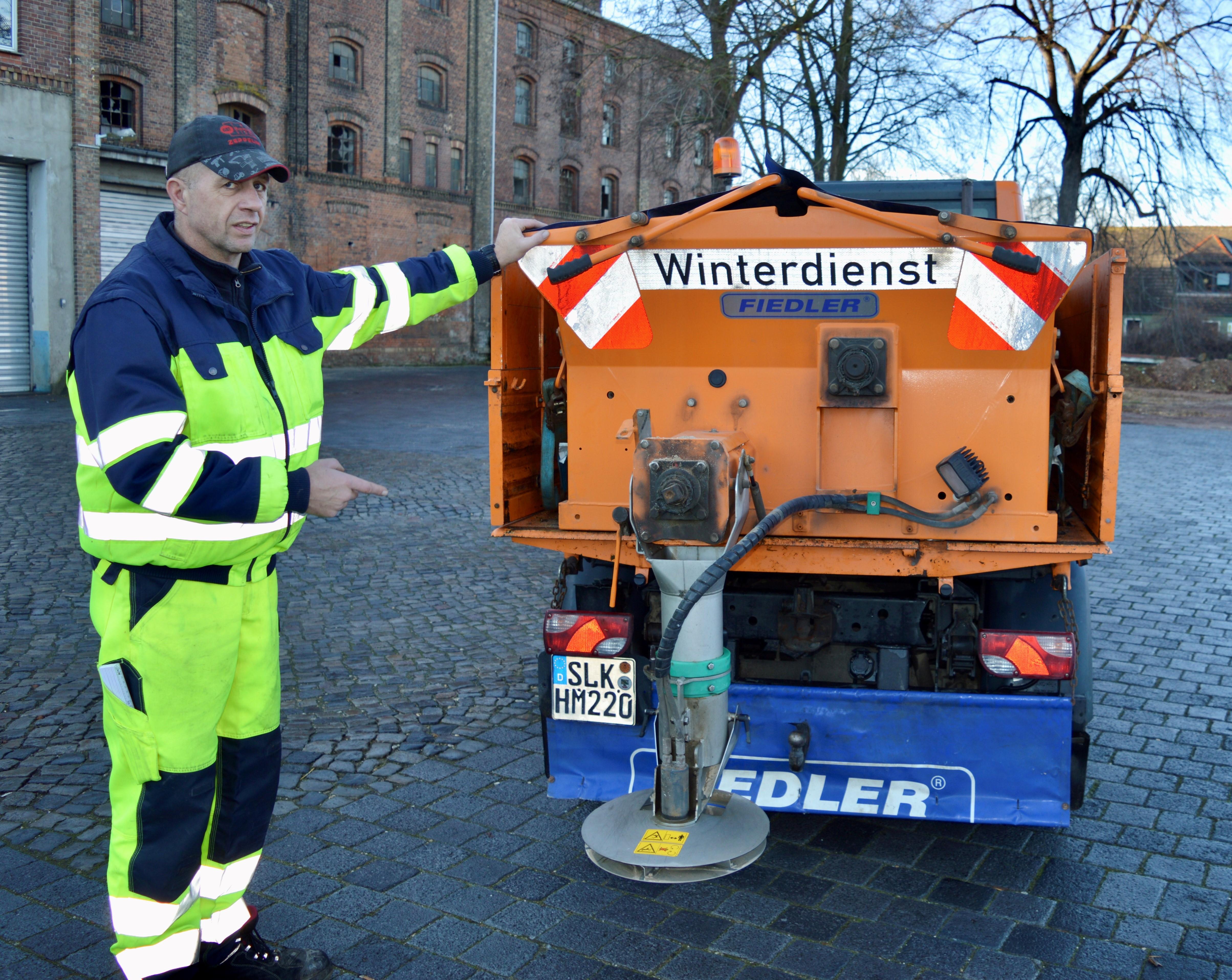 Auch die Mitarbeiter des Baubetriebshofes der Stadt Calbe , hier Mario Wagus, sind für den Winterdienst gerüstet.