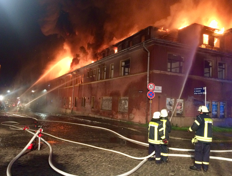Einsatzkräfte beim Löschen des Dachstuhles der Diesterwegschule.