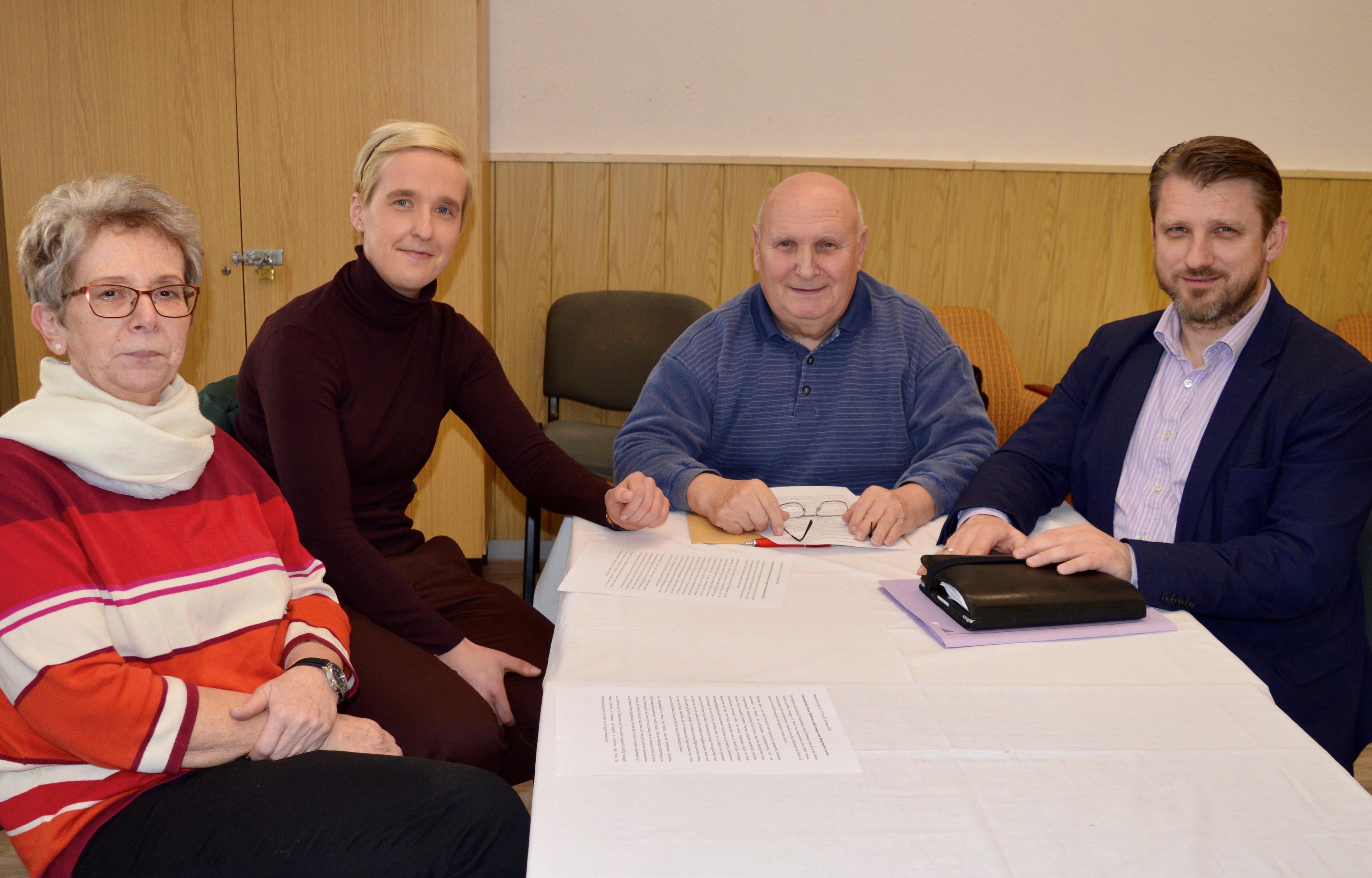 Bürgermeister Sven Hause (von rechts), Ortsbürgermeister Manfred Grimm sowie die Ortschaftsrätin Annemarie Doll und Ortschaftsrätin Maria Mittelstrass im Gespräch.