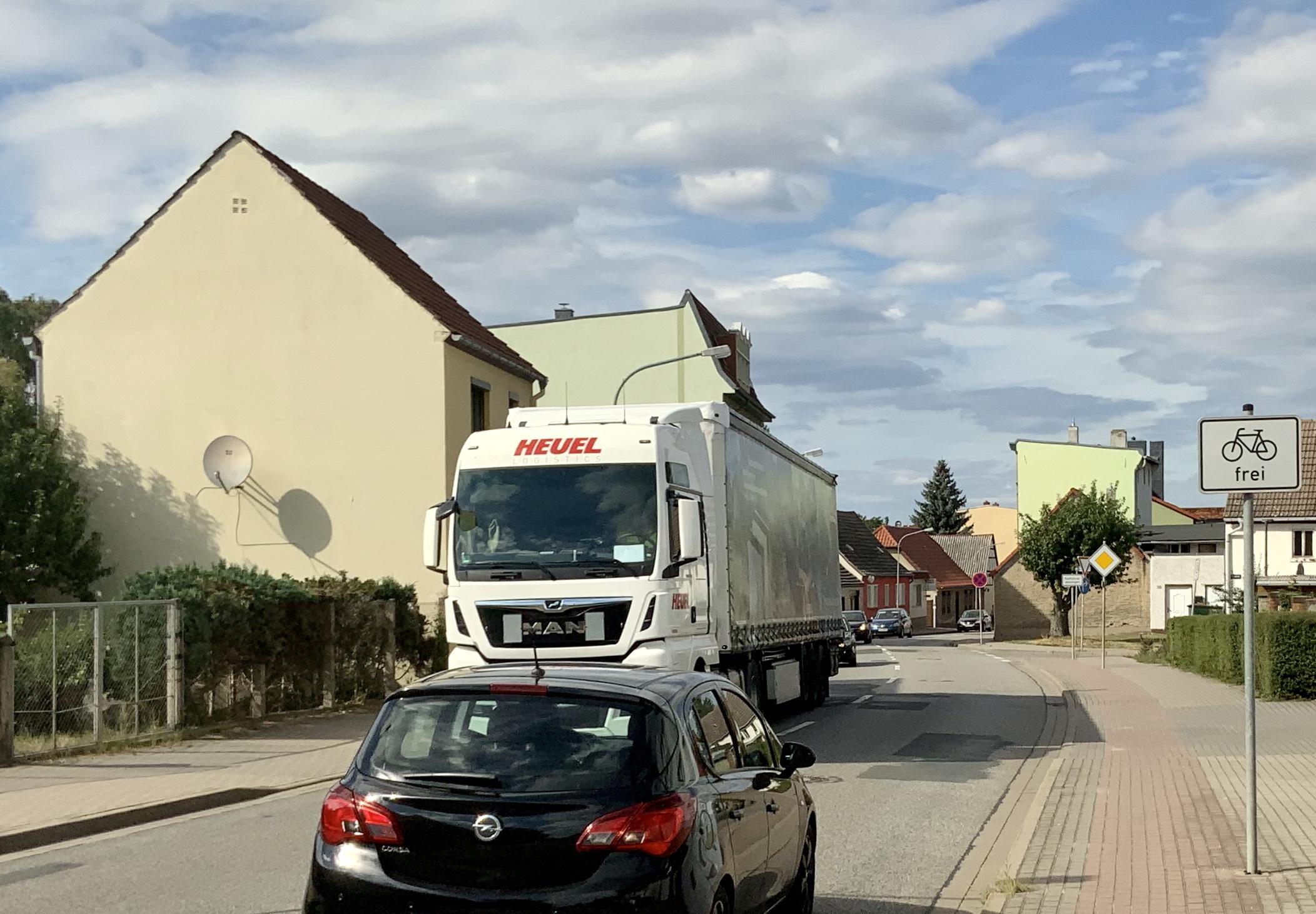 Sowie hier in der Arnstedtstraße queren täglich zahlreiche Fahrzeuge die Stadt Calbe(Saale).