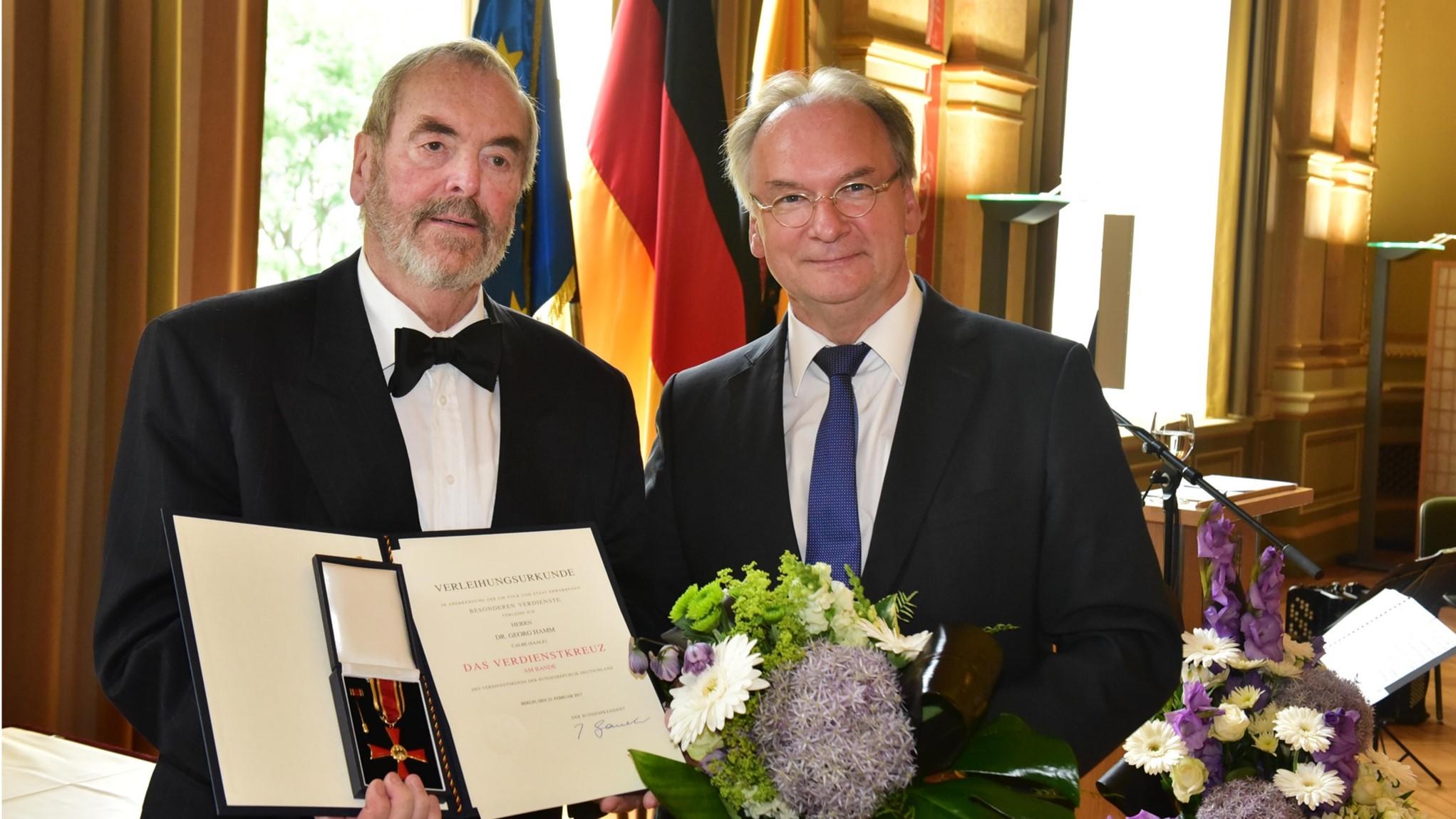v.l. Übergabe Bundesverdienstkreuz an Dr. Georg Hamm durch Ministerpräsident Dr.  Reiner Haseloff