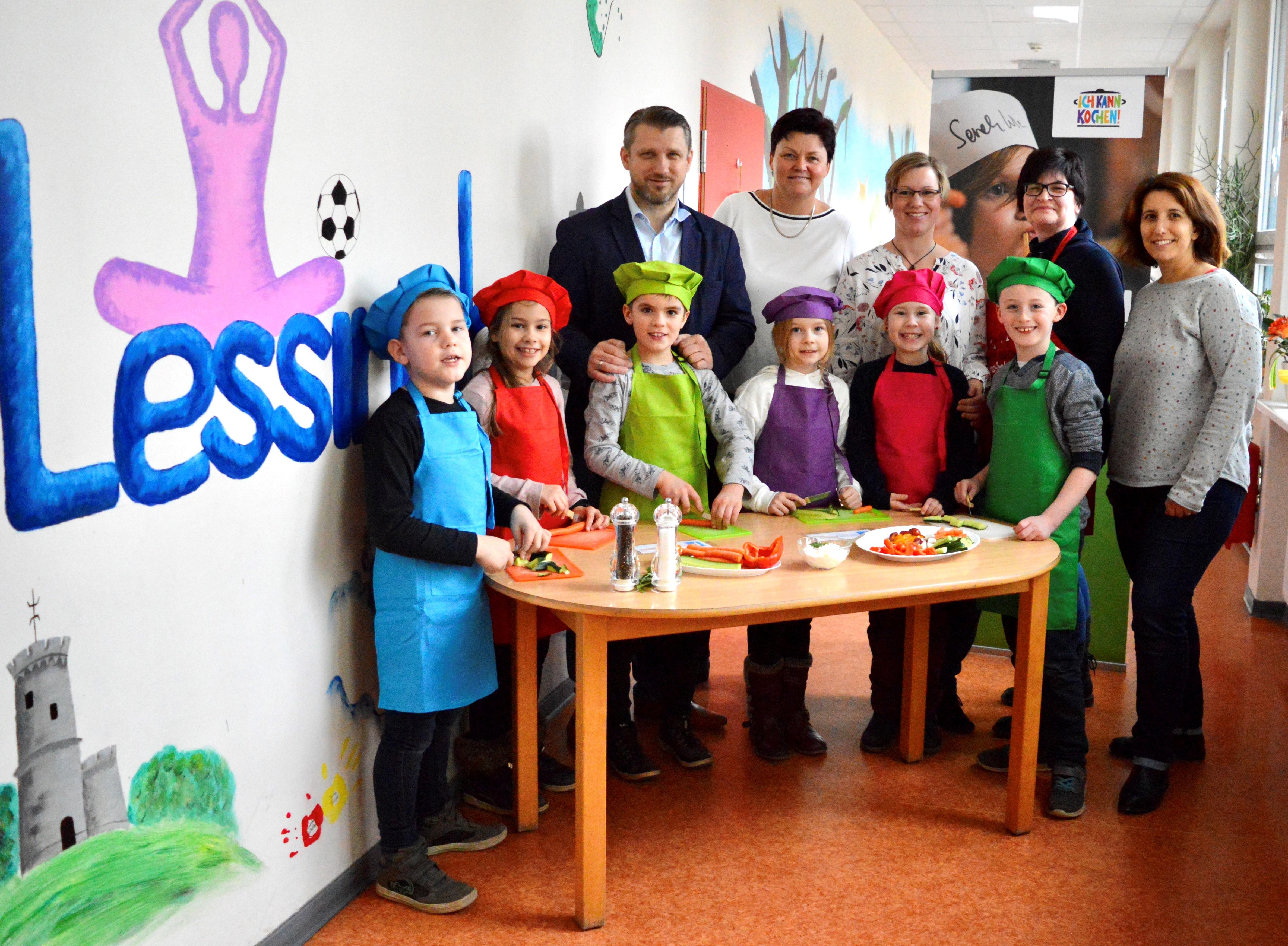 Zum Auftakt der Aktion - Ich kann kochen! waren  Bürgermeister Sven Hause, Marina Sroka , Jasmin Pyszora, Mitarbeiterin und Genussbotschafterin Sabine Knorr, Claudia Gödecke und die kleine Kindergruppe im Lessinghort.