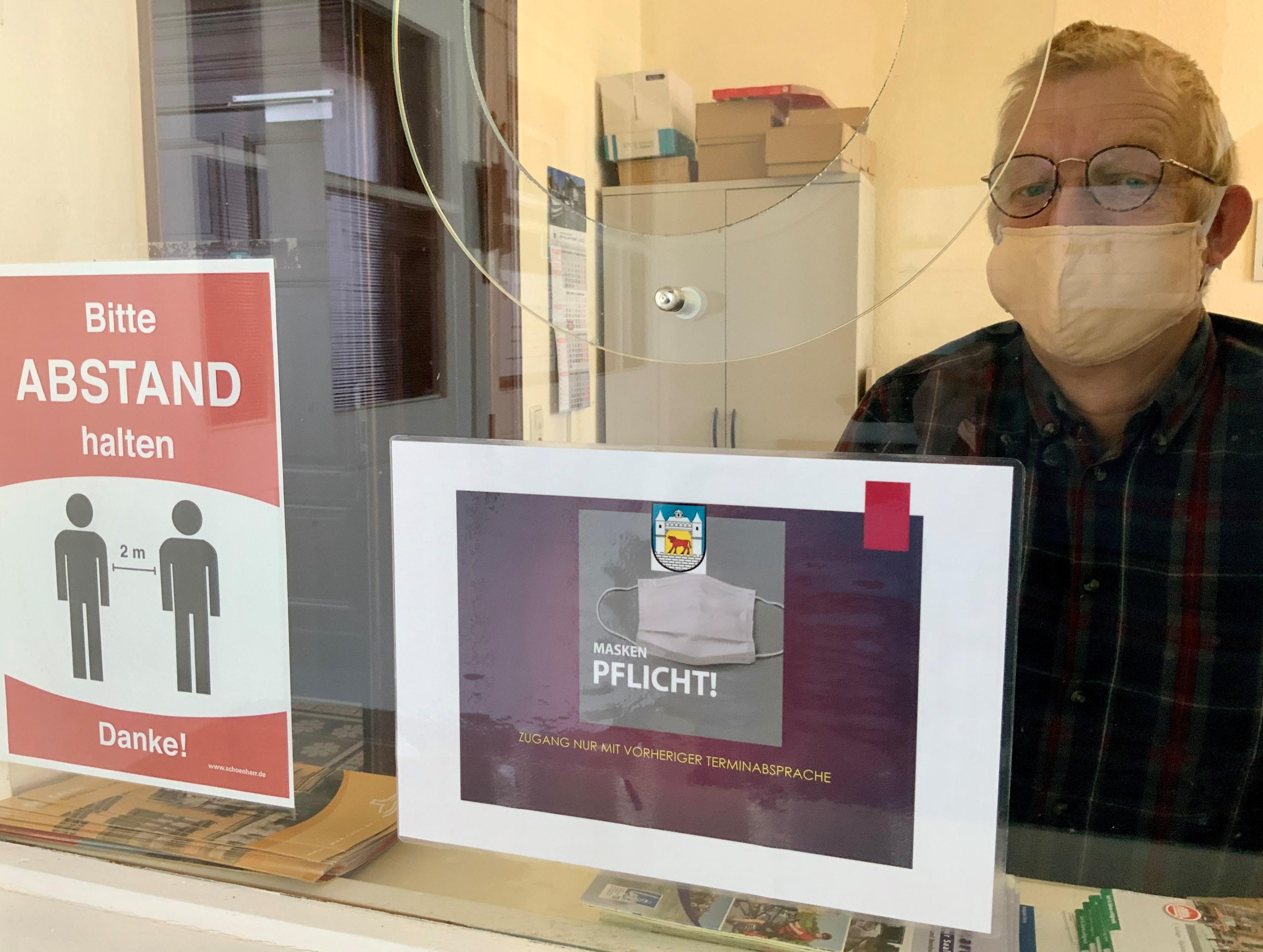 Rüdiger Schwachenwalde, Mitarbeiter der Stadt Calbe, empfängt die Besucher in der Eingangszone  im Rathaus I und informiert über die Verfahrensweise.