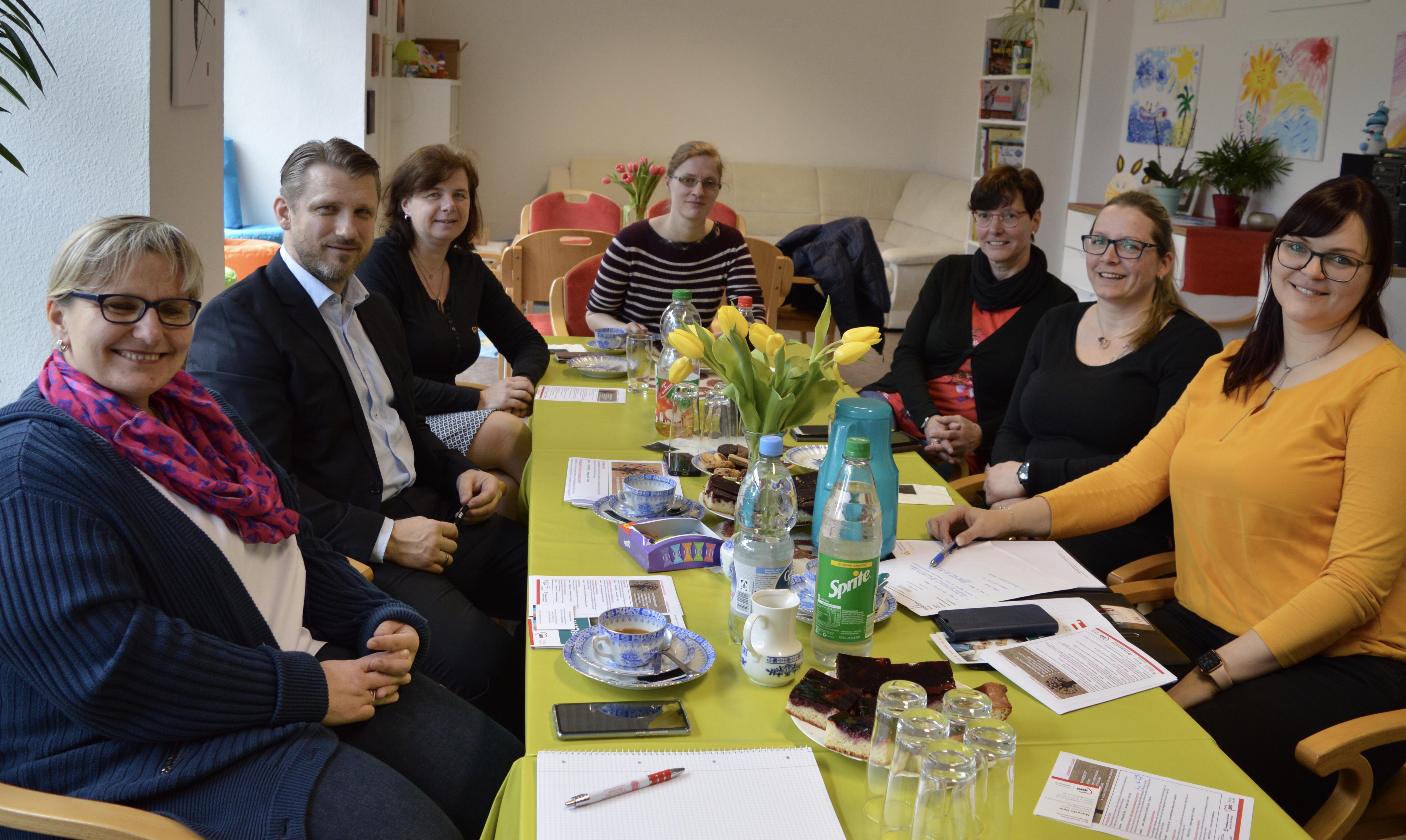 v.l. Beate Müller (AWO-Pflegedienstleiterin), Bürgermeister Sven Hause, Katrin Bock (Leiterin Suchtberatung AWO Kreisverband Salzland e.V), Kristin Güttler (Teilhabeberaterin CJD Sachsen-Anhalt), Manuela Held (Teamleiterin SPFH AWO Kreisverband Salzland e.V), Kerstin Henze (Projektverantwortliche Tafel Schönebeck - AWO),  Saskia Schenk (Stabstelle AWO) im gemeinsamen Gespräch zu den neuen Beratungsangeboten im Nachbarschaftstreff, Lessingstraße 4.