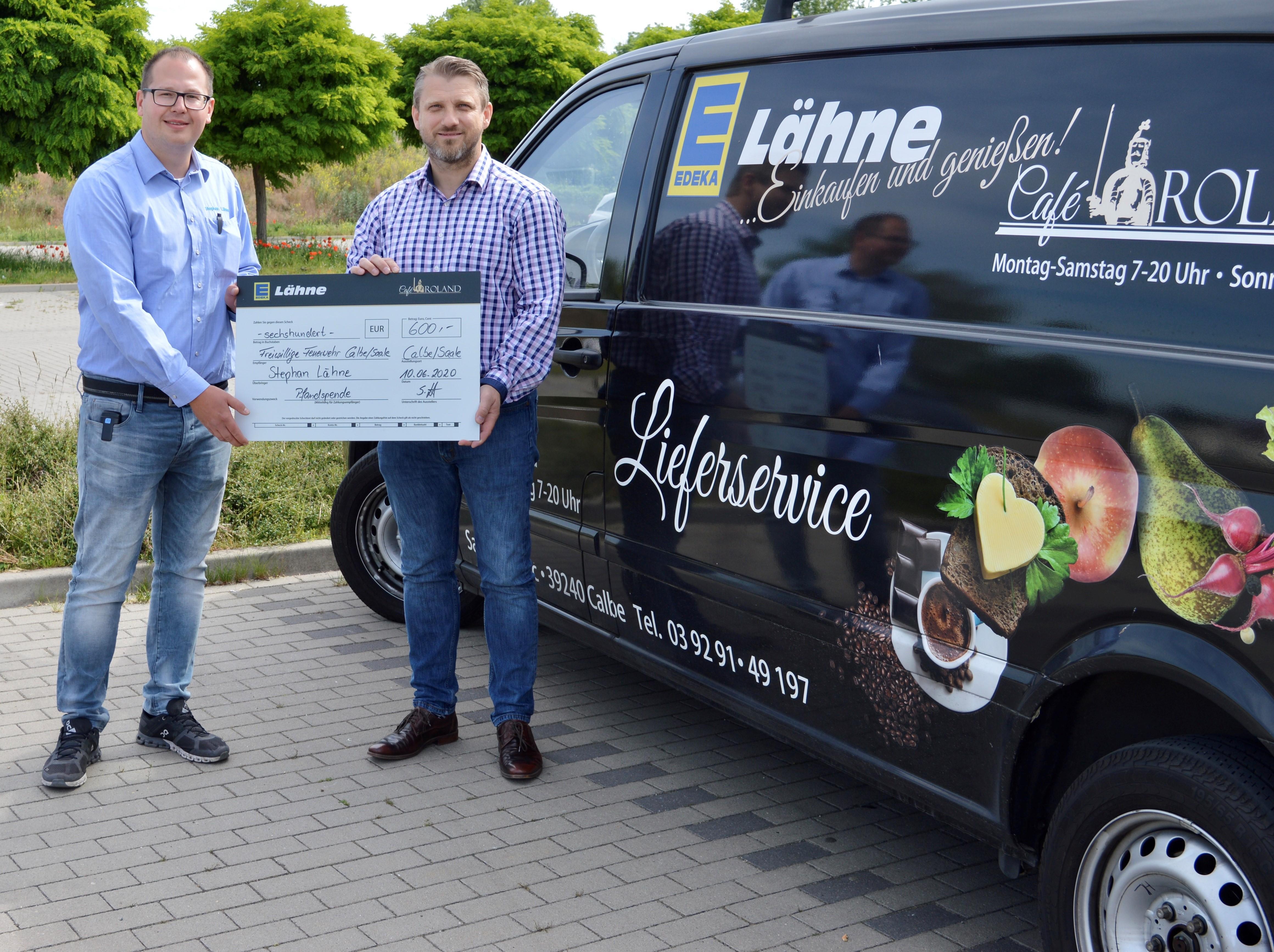 Stephan Lähne, Marktinhaber des EDEKA-Marktes in Calbe und Bürgermeister Sven Hause bei der Übergabe der Spende und eines großen Schecks.