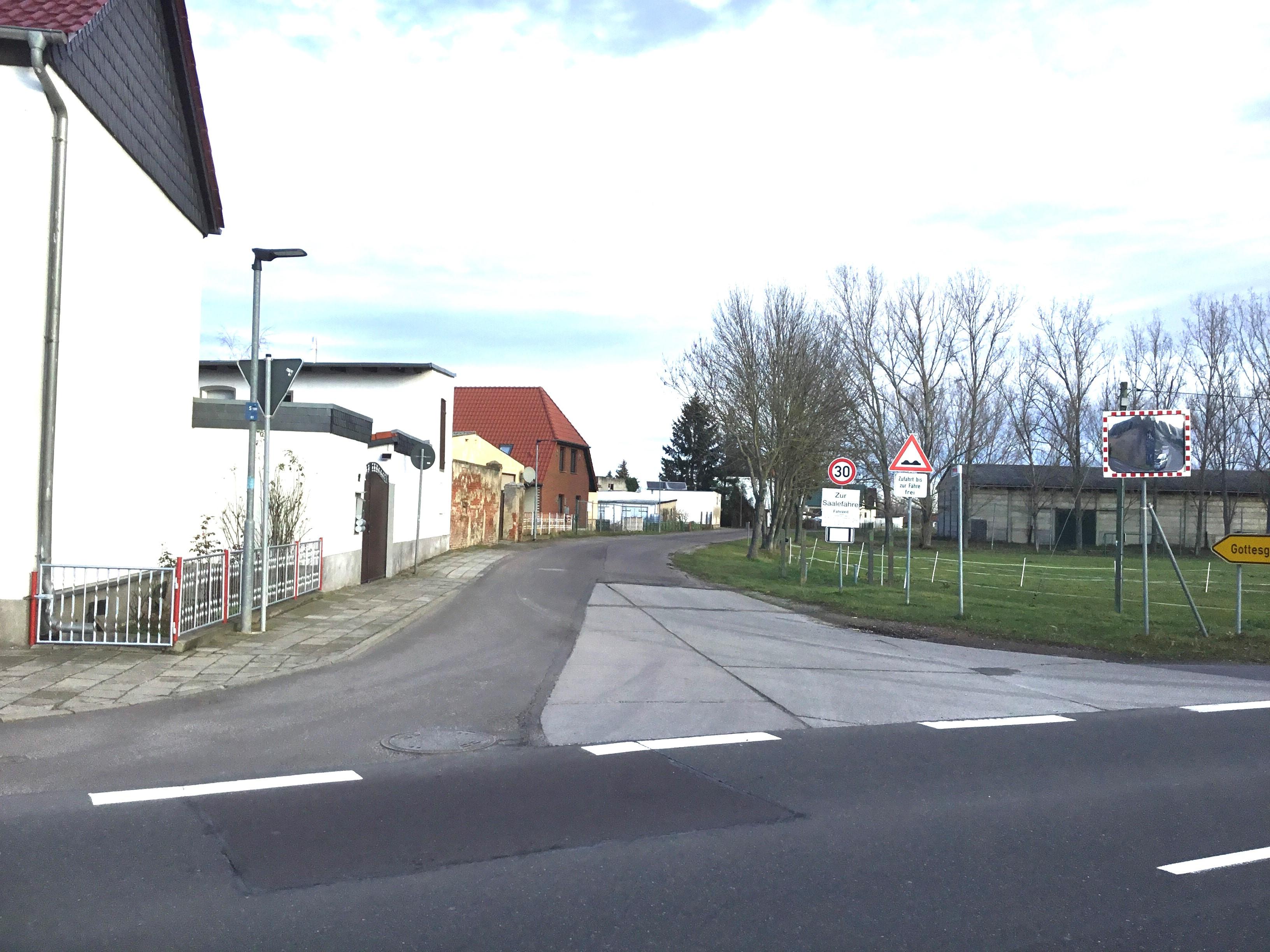 Der erste Teilabschnitt der Straßenbaumaßnahmen zwischen Schwarz und Gottesgnaden beginnt in der Ortslage Schwarz, unmittelbar im Zufahrtsbereich Trabitzer Straße. Umleitungen sind lokal ausgeschildert.