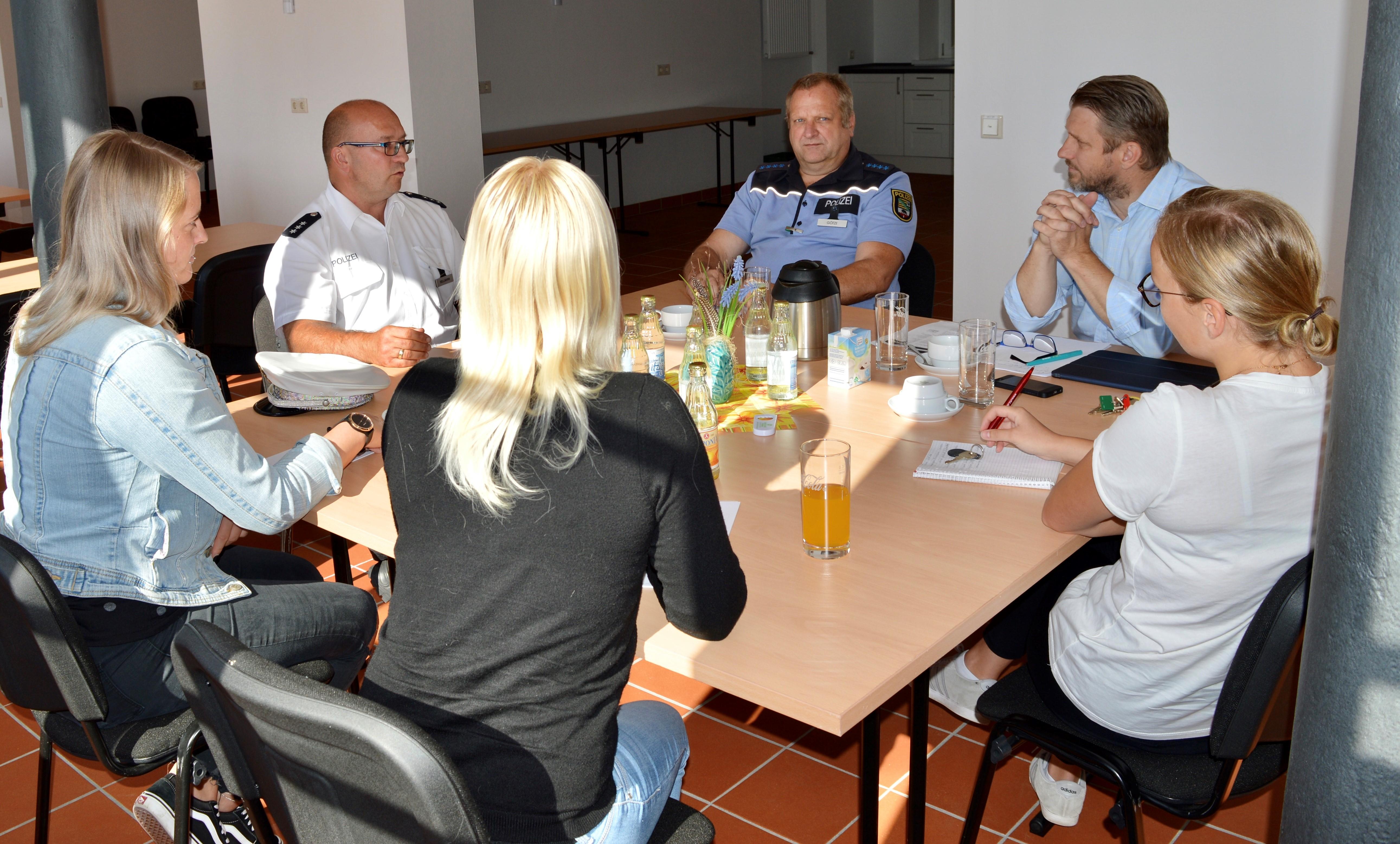 Bürgermeister Sven Hause (2.v.r.) im Gespräch mit den Regionalbereichsbeamten und den Mitarbeiterinnen des Fachdienstes Sicherheit und Ordnung der Stadt Calbe (Saale).