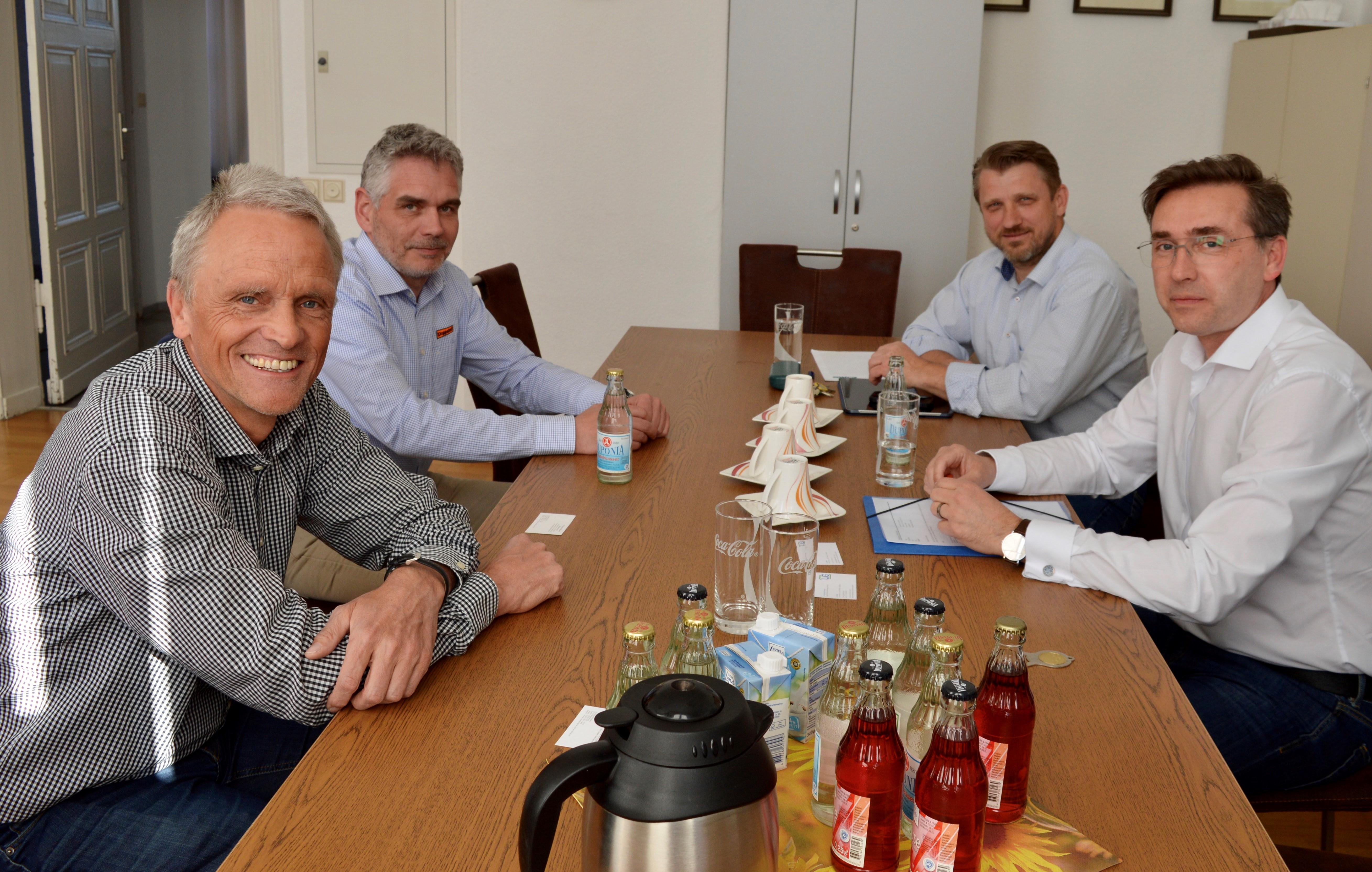 Dr. Konrad Kerres, Ferdinand Doppstadt, Bürgermeister Sven Hause und Staatssekretär Thomas Wünsch (sitzend von links) während der gemeinsamen Beratung im Rathaus der Stadt Calbe (Saale).